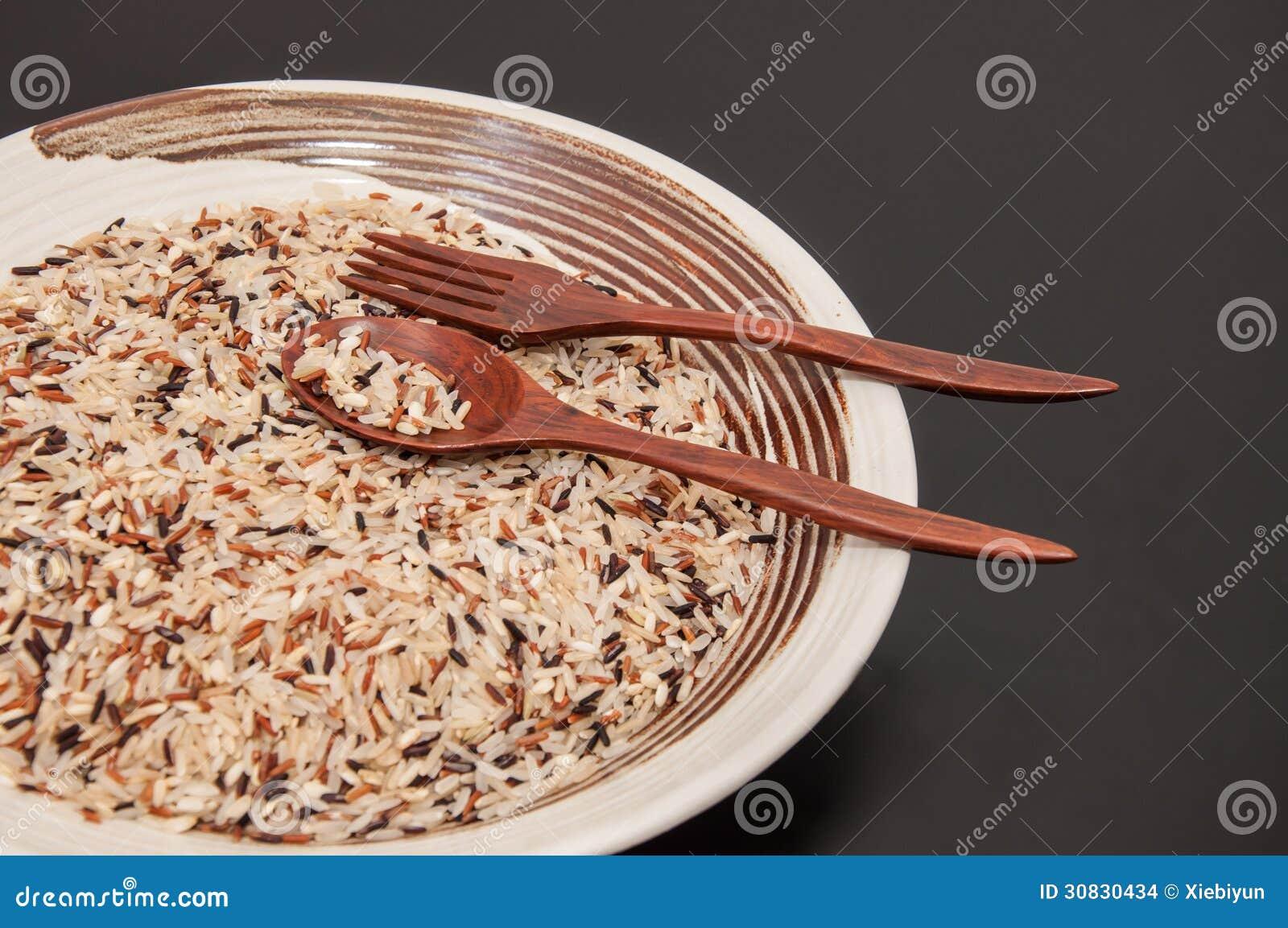 Riso crudo in piatto rotondo.