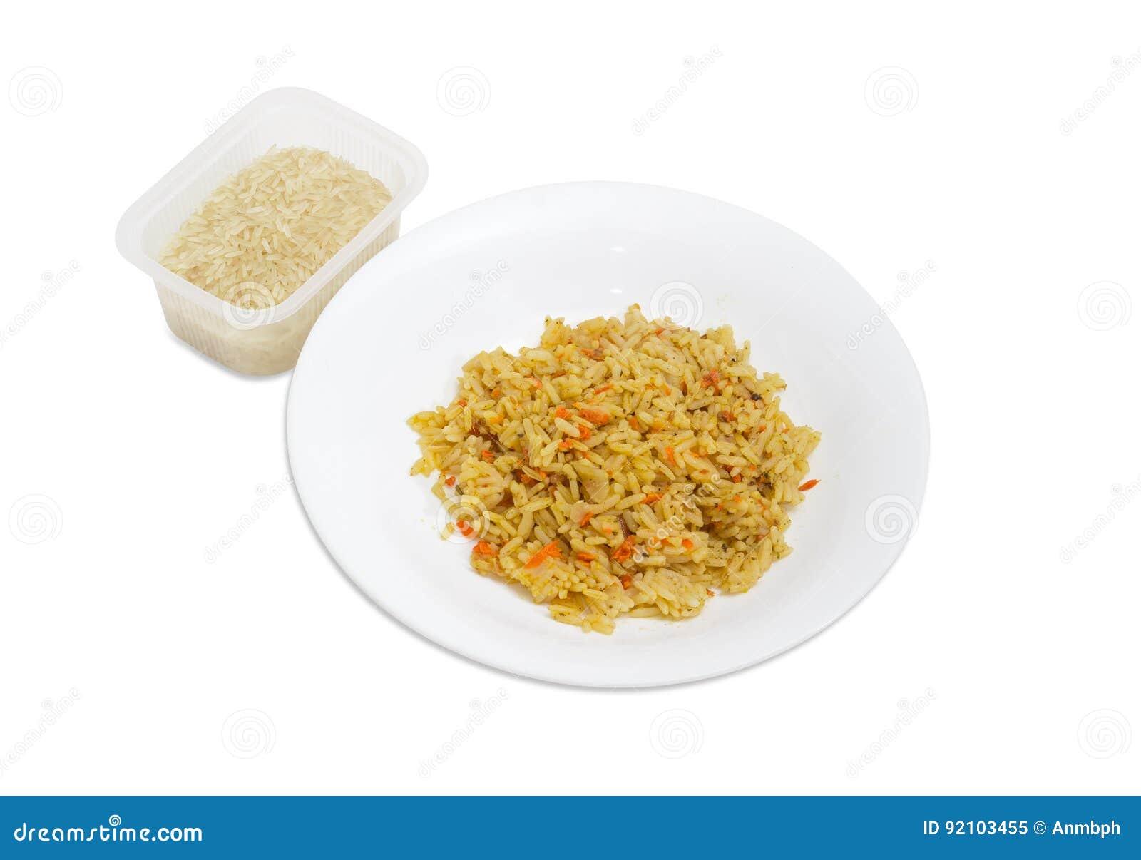 Riso cucinato sul piatto e riso crudo in recipiente di plastica