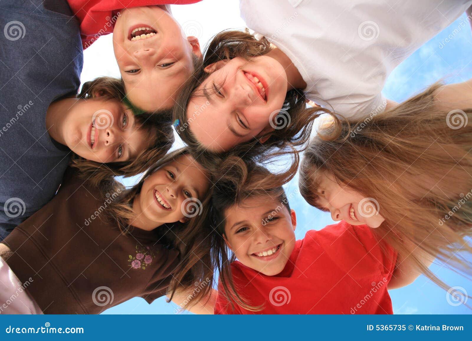 Riso da infância entre amigos