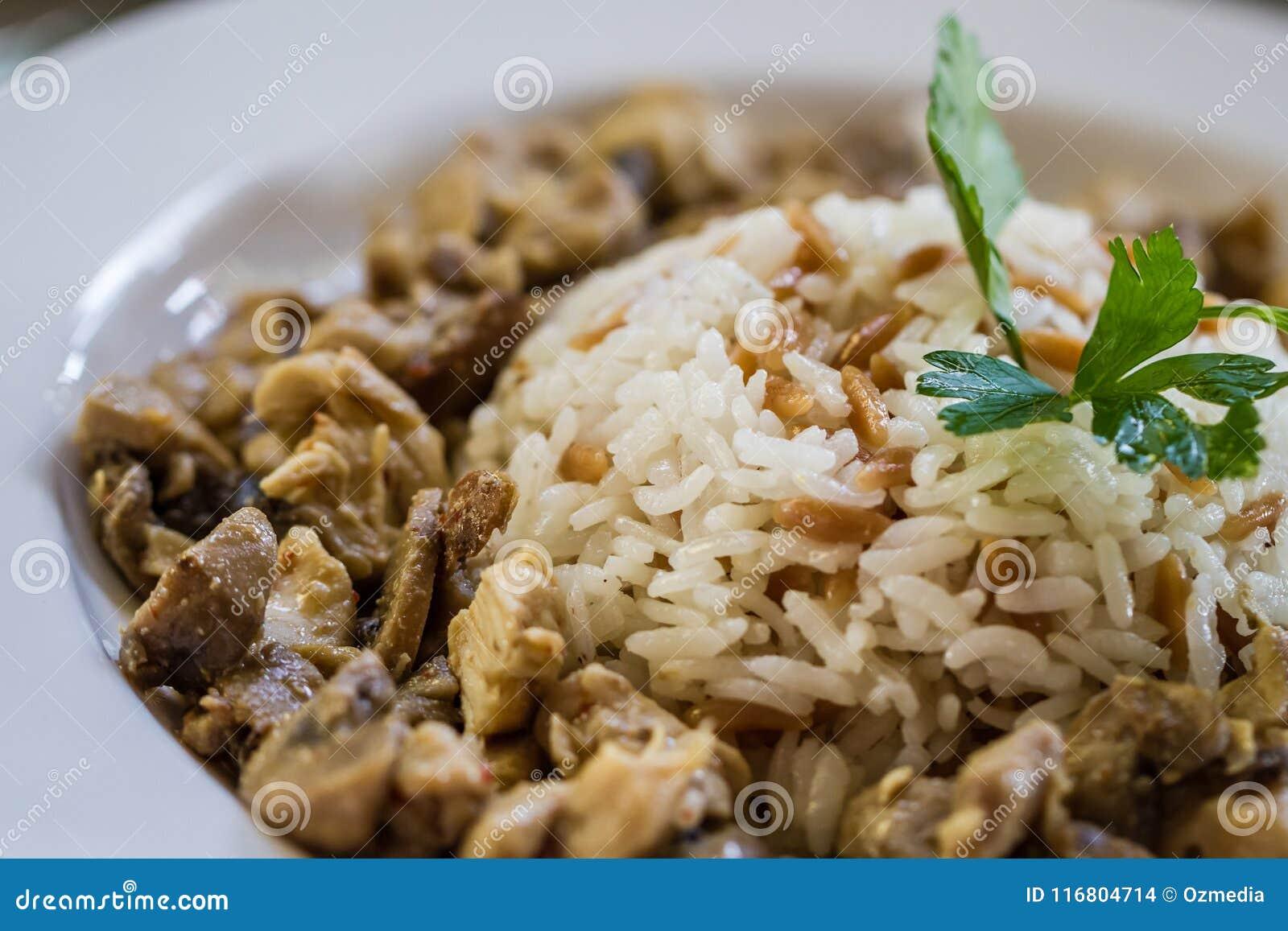 Riso turco tradizionale dell alimento con carne in un piatto della porcellana