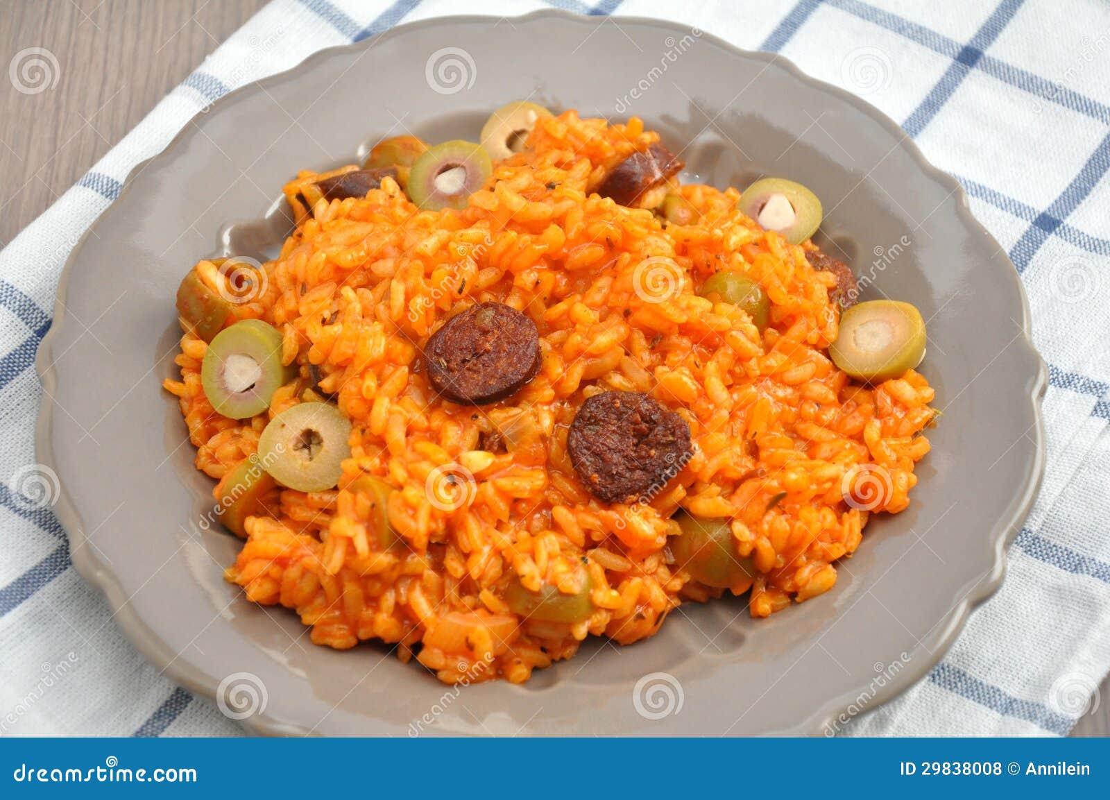 Risoto com tomates, azeitonas e chouriço
