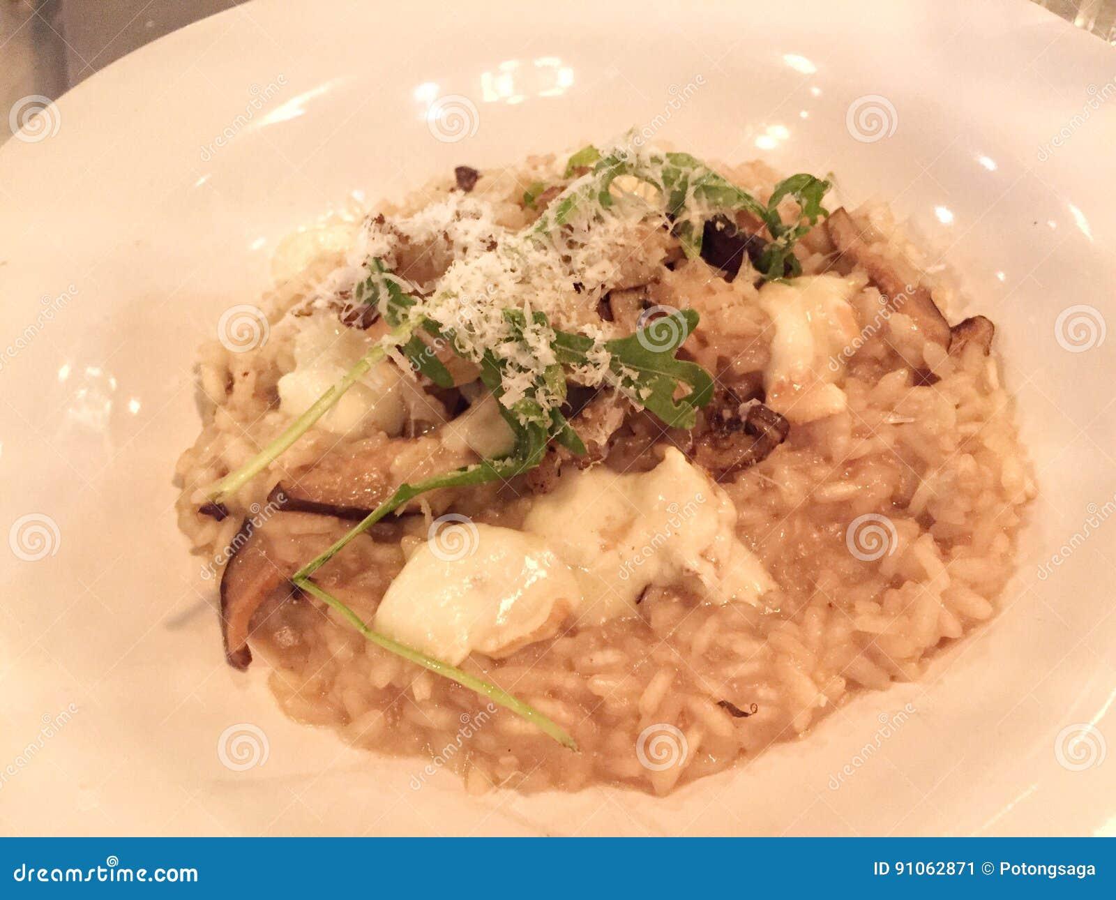 Risoto italiano do queijo creme do cogumelo da trufa