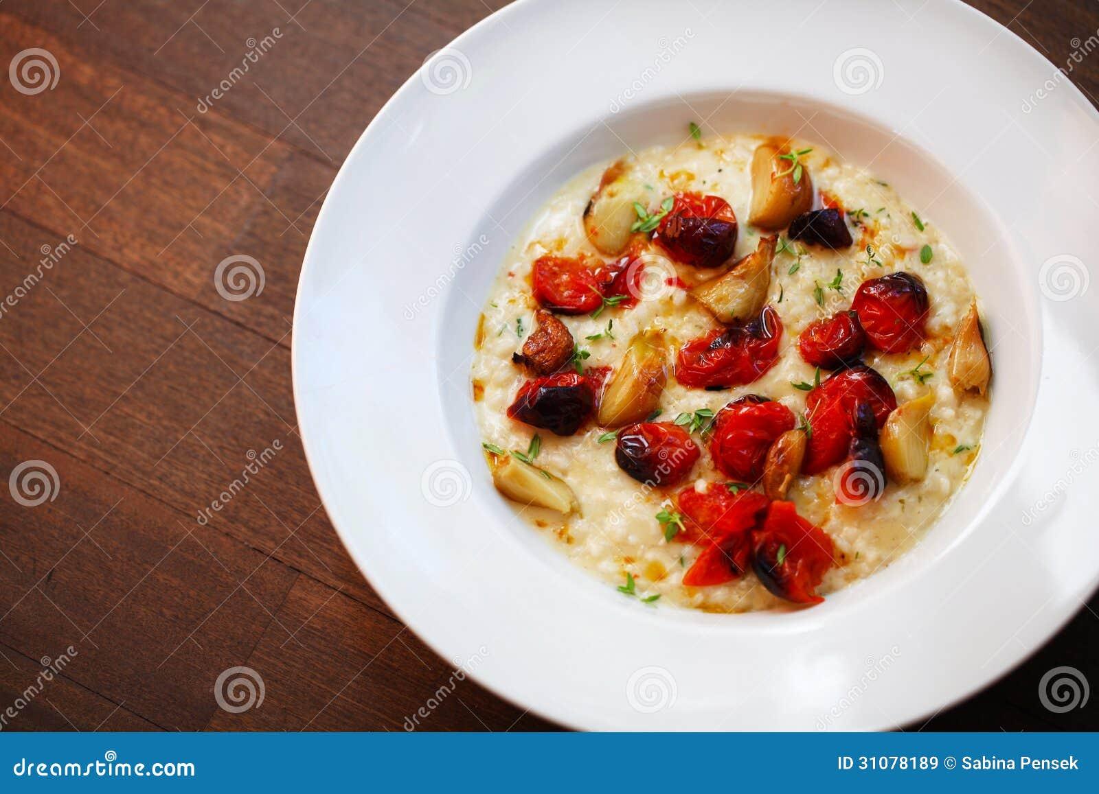 Risotto crémeux avec les tomates-cerises et l ail rôtis