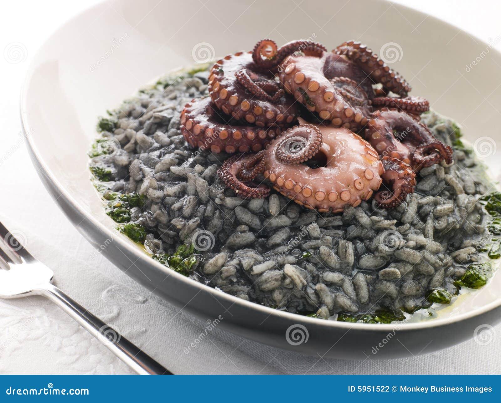 Risotto Nero avec le poulpe et la rectification frits de Pesto