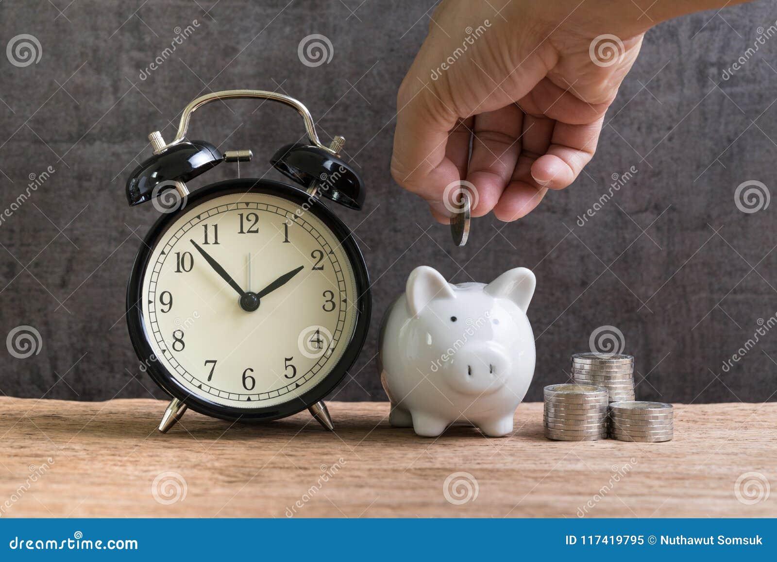 Risparmio finanziario e conto di investimento a lungo termine, mettere della mano