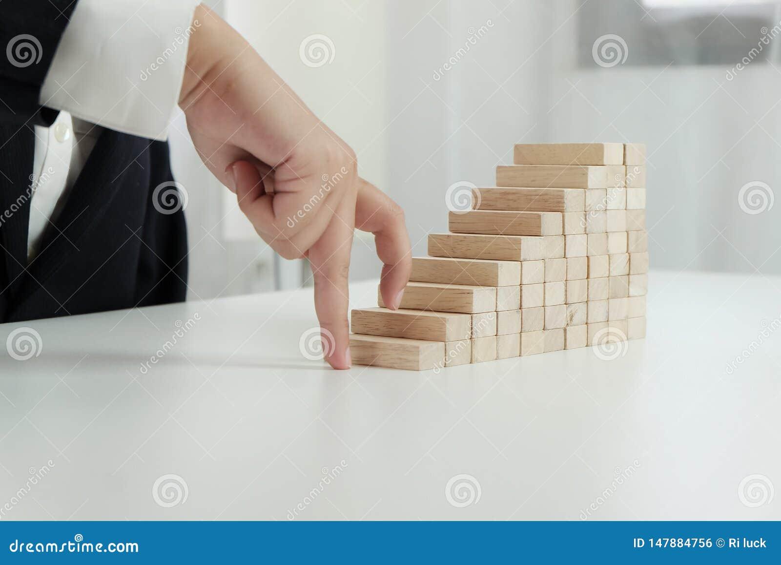 Risque et strat?gie de planification dans l homme d affaires jouant pla?ant le bloc en bois Concept d affaires pour le processus