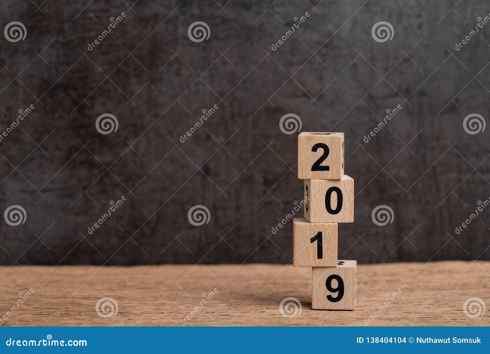 Risque et volatilité l année 2019 concept financier, de budget, d investissement ou d affaires, pile instable de bâtiment en bois