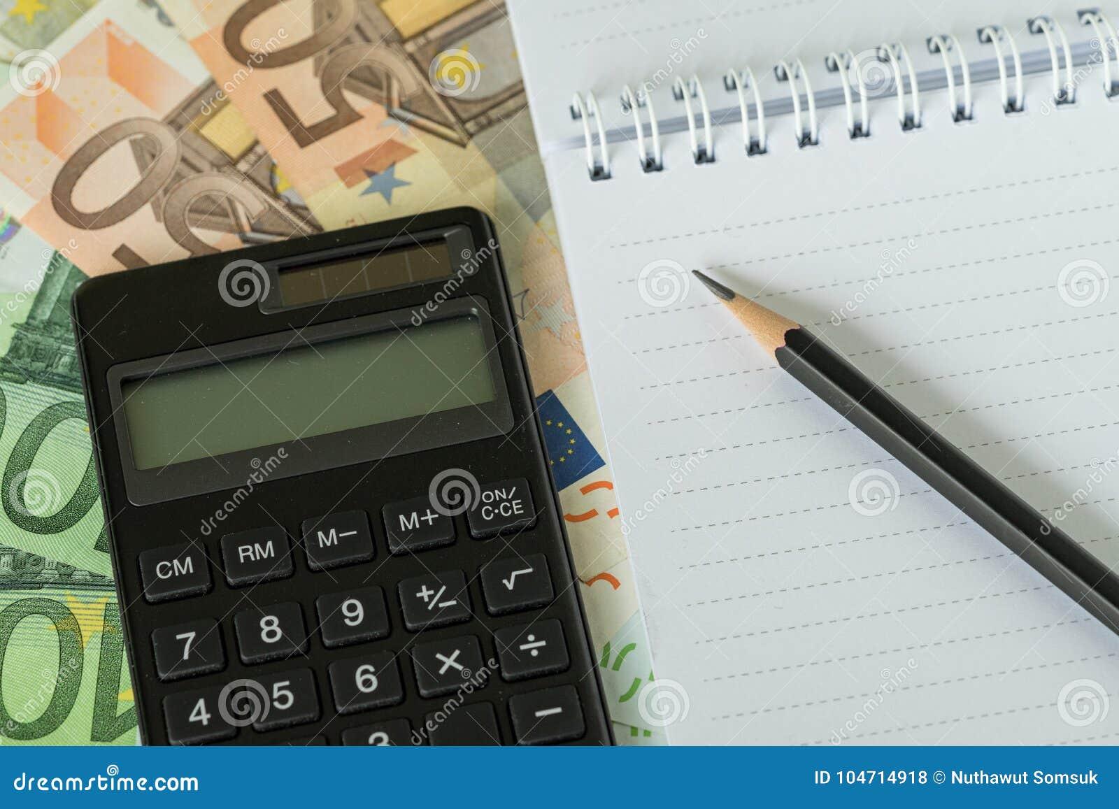 Rita på vitbokanteckningsboken och svärta räknemaskinen på högen av E