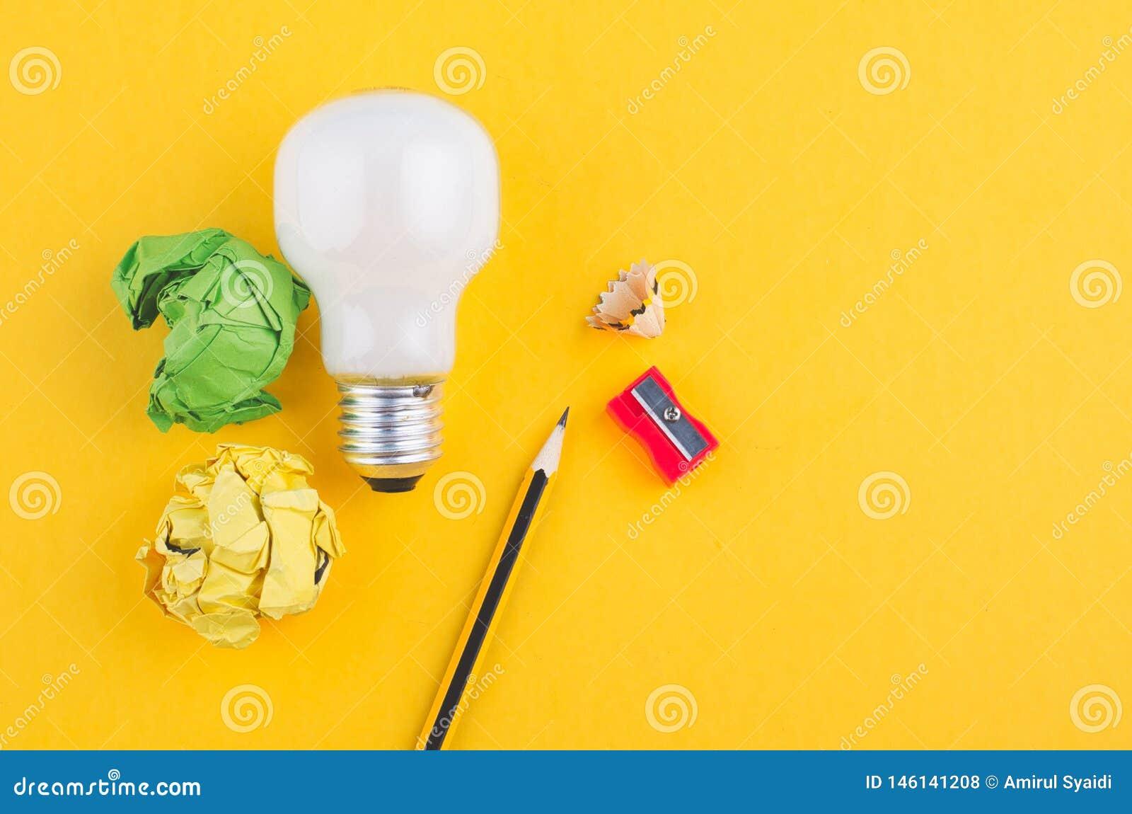 Rita, skrynkla papper och kulan ?ver gul bakgrund