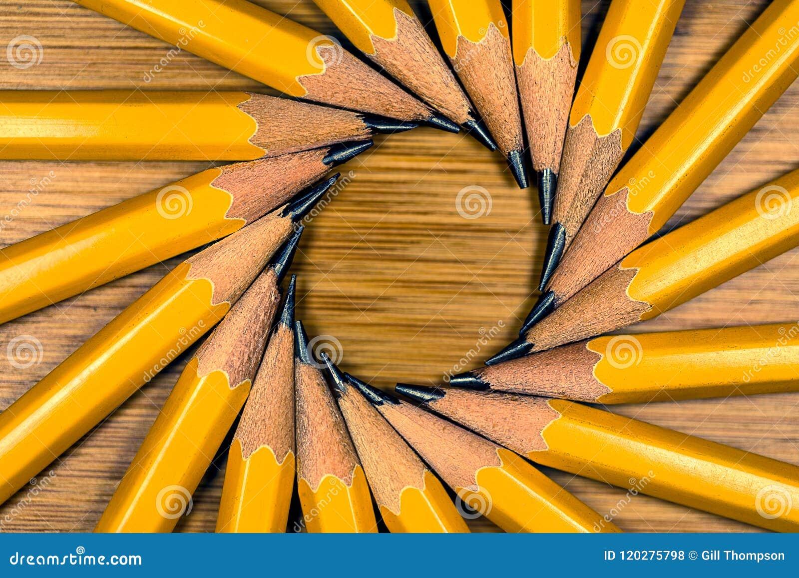 Ritar gul Wood grafit 2 i en cirkel som utstrålar från deras