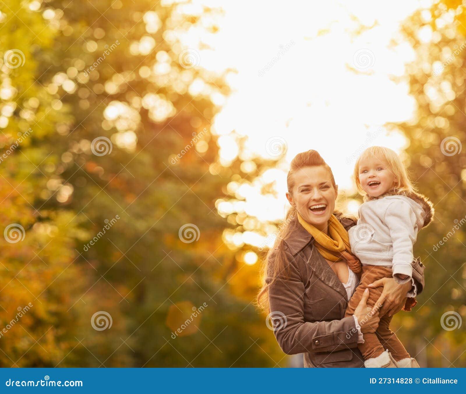 Ritratti di giovani madre e bambino felici all aperto
