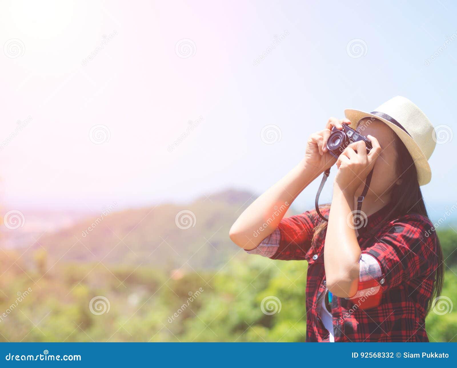 Ritratto all aperto di stile di vita di estate della giovane donna graziosa divertendosi nella giungla
