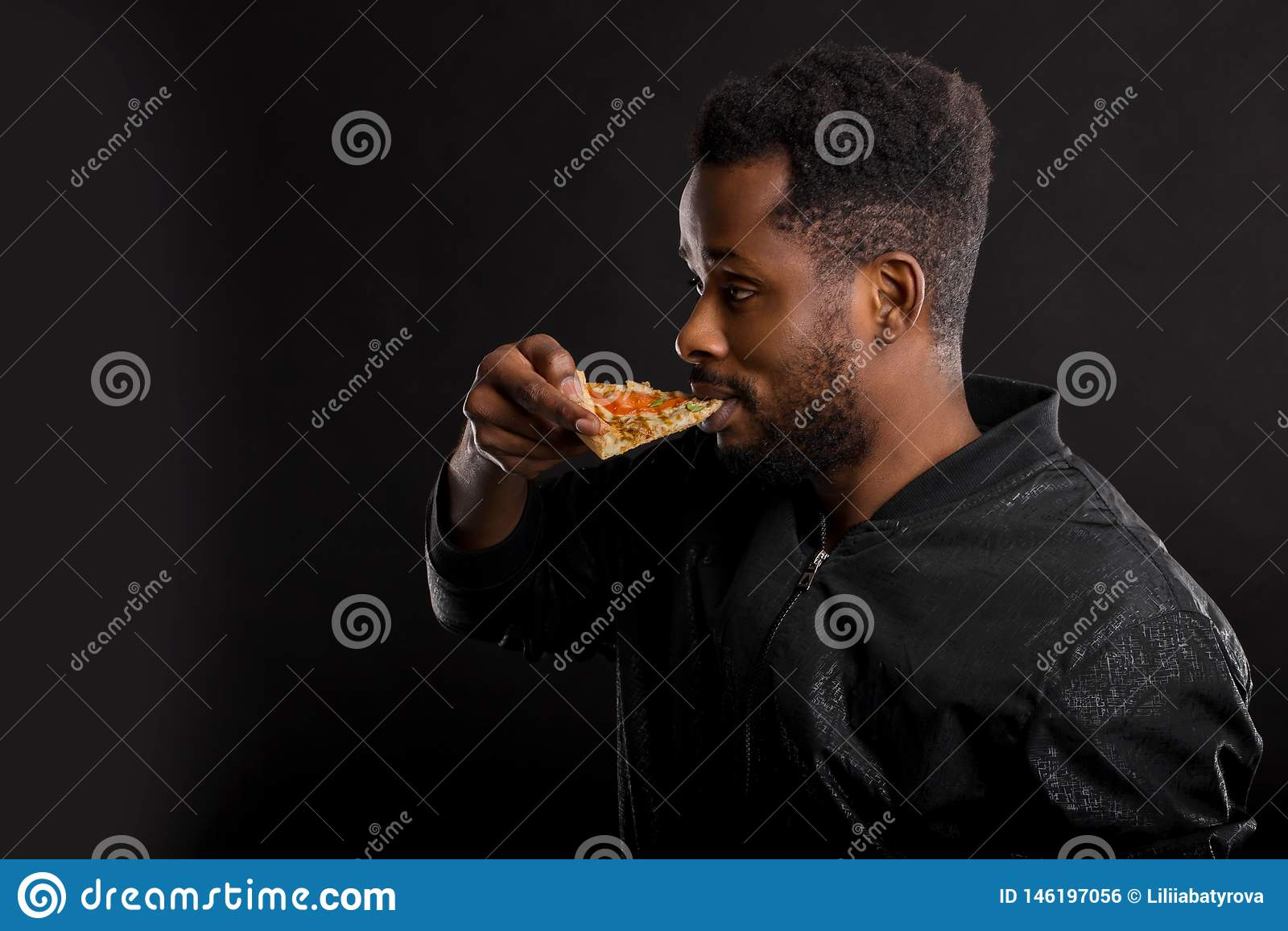 Ritratto alto vicino di giovane pizza mangiatrice di uomini africana