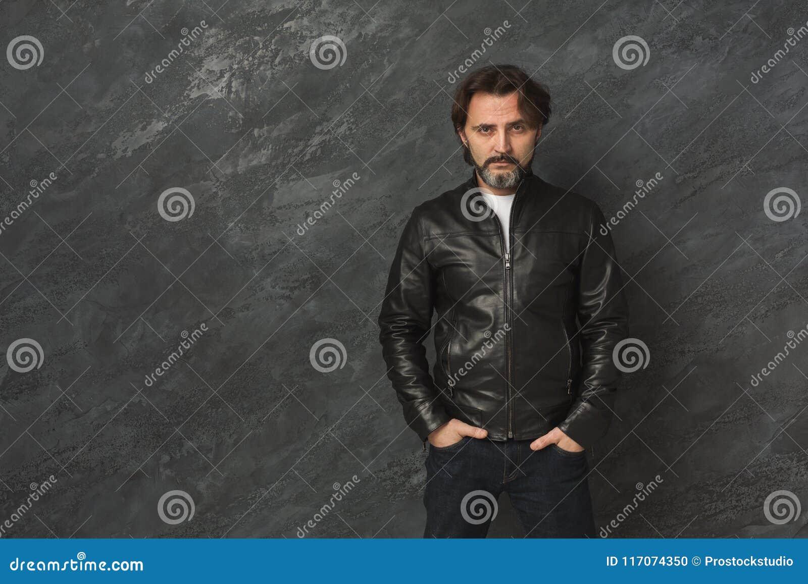 Ritratto barbuto sicuro bello dell uomo