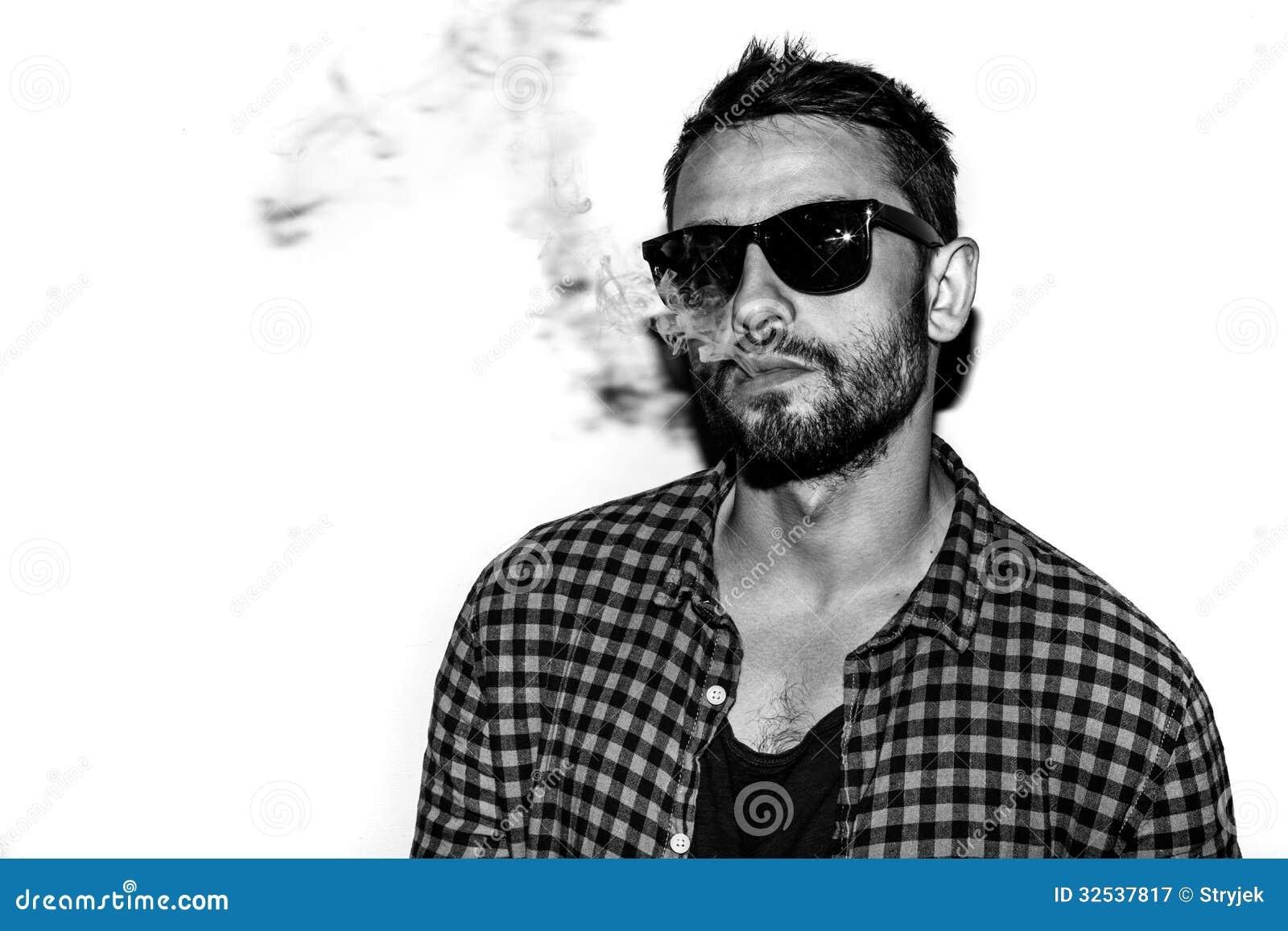 Ritratto in bianco e nero di fumo della sigaretta dell for Planimetrie della caverna dell uomo