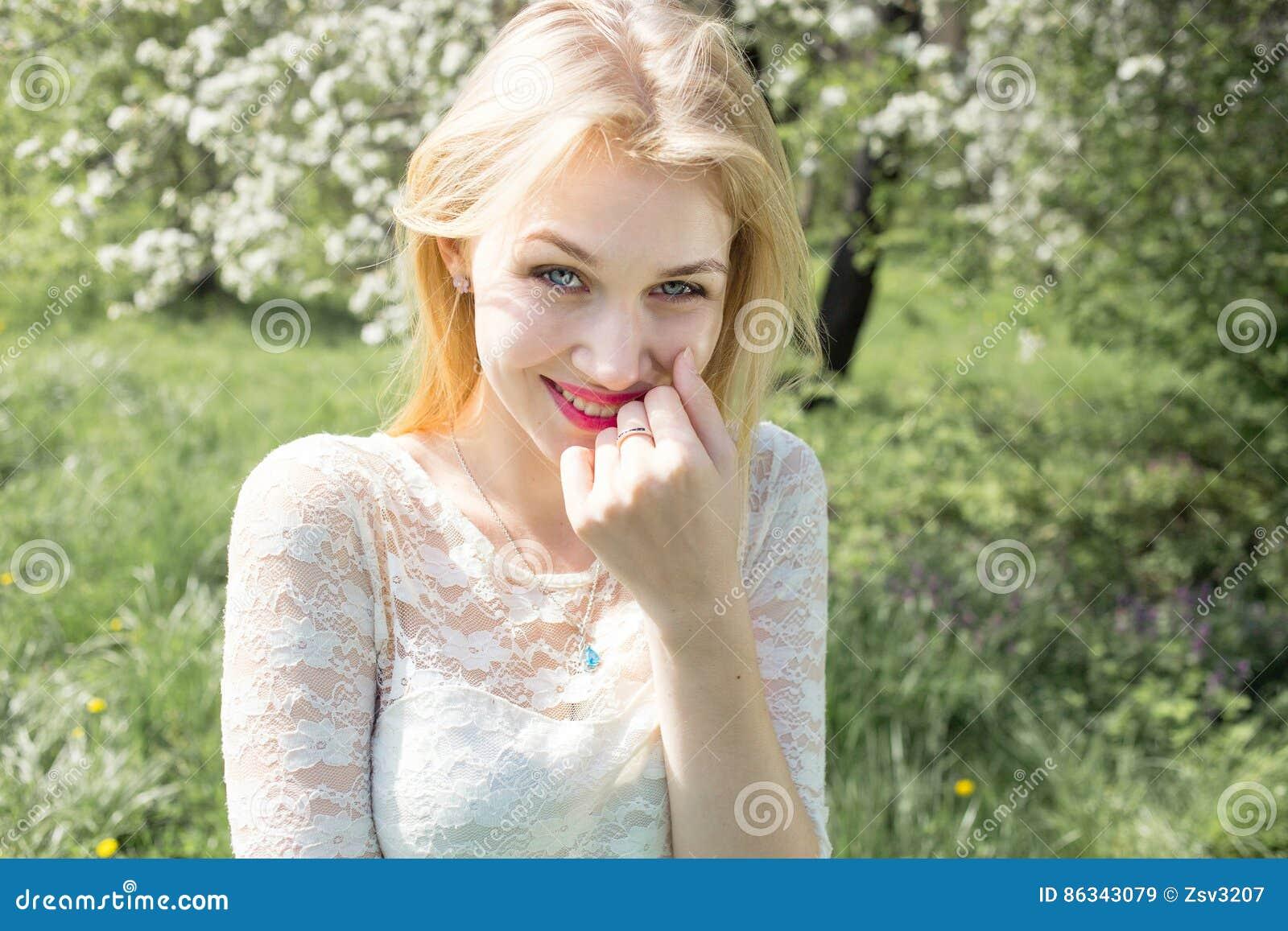 Ritratto biondo sorridente sveglio di bellezza della donna, pelle fresca perfetta e sorriso bianco sano, trucco di base perfetto,