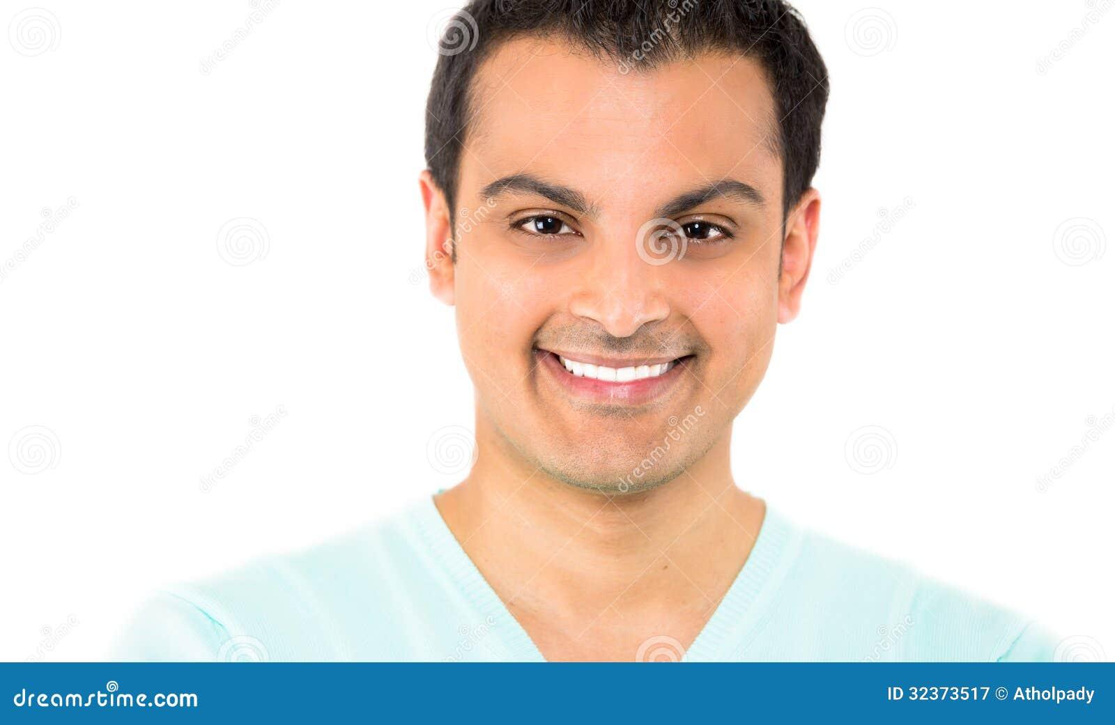 Ritratto capo del colpo del primo piano di sorridere del giovane