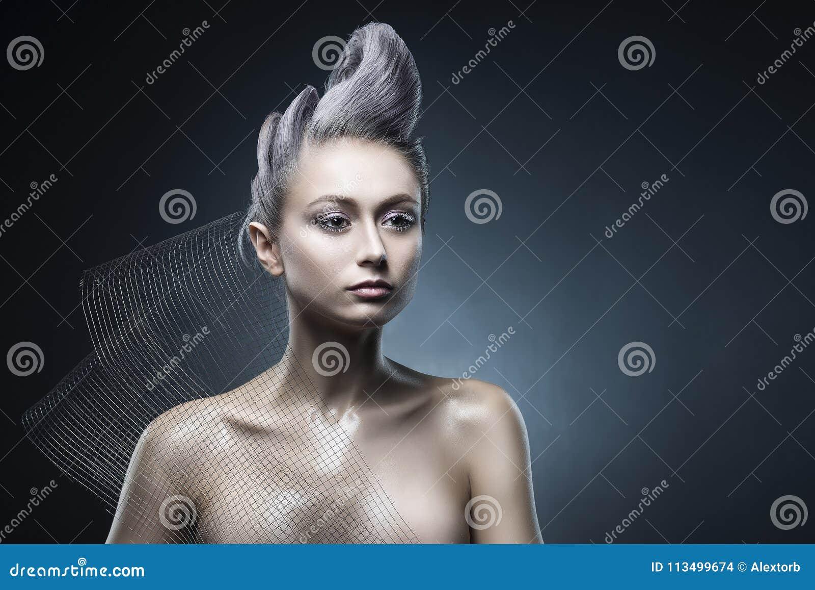 Ritratto concettuale di bello hairst nudo di avanguardia delle spalle