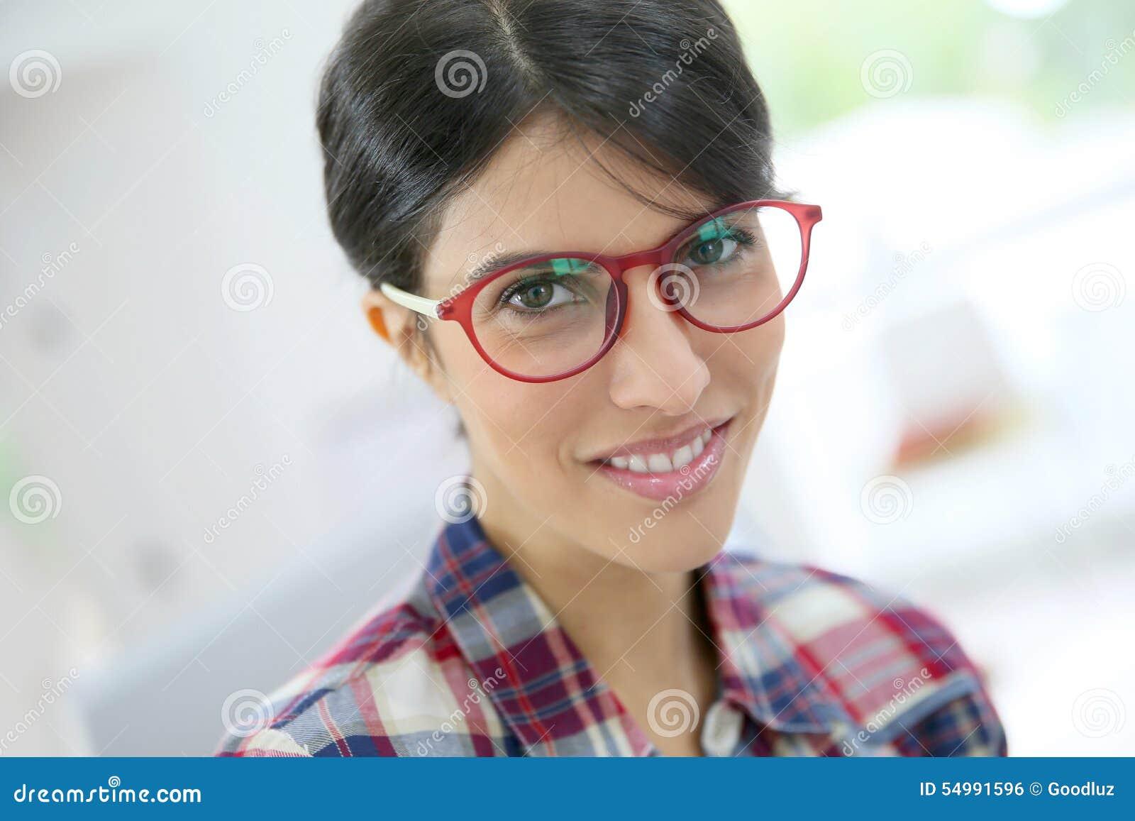 Ritratto degli occhiali d uso della giovane donna