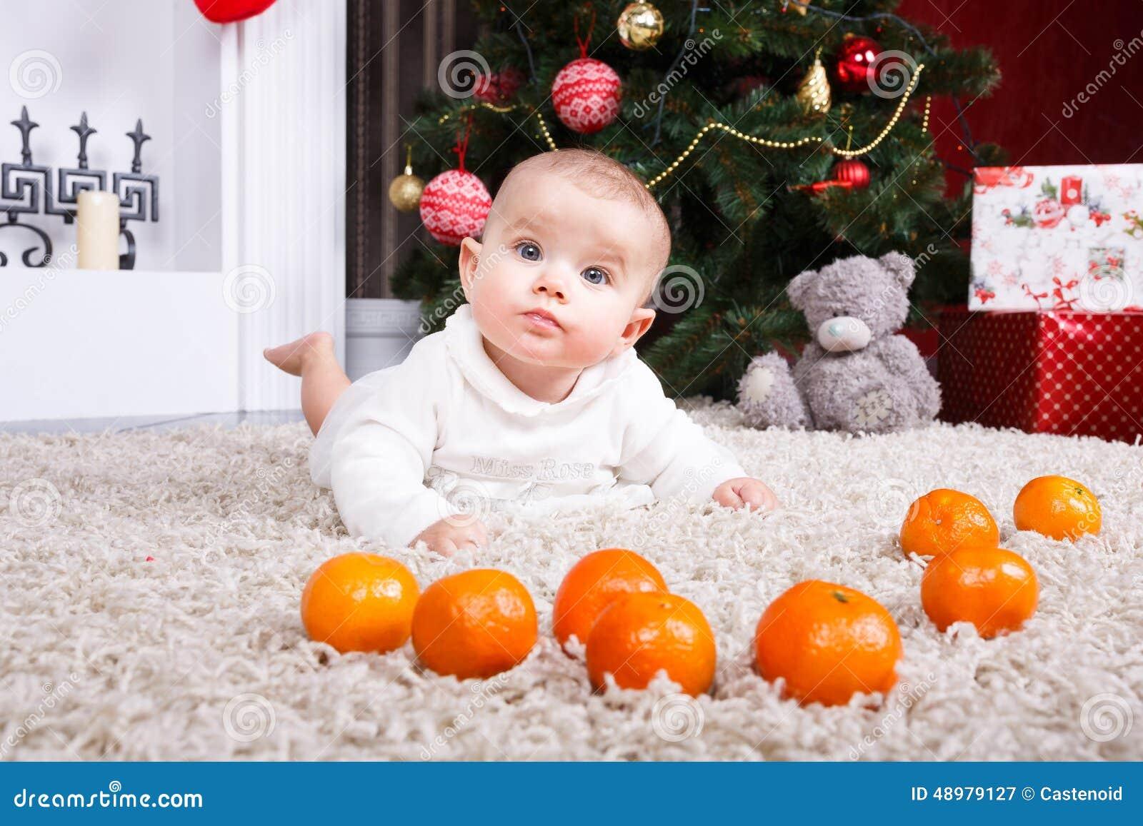Ritratto del bambino con il mandarino