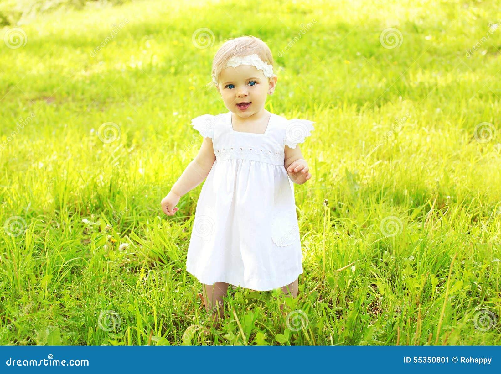 Ritratto del bambino sveglio che cammina sull erba
