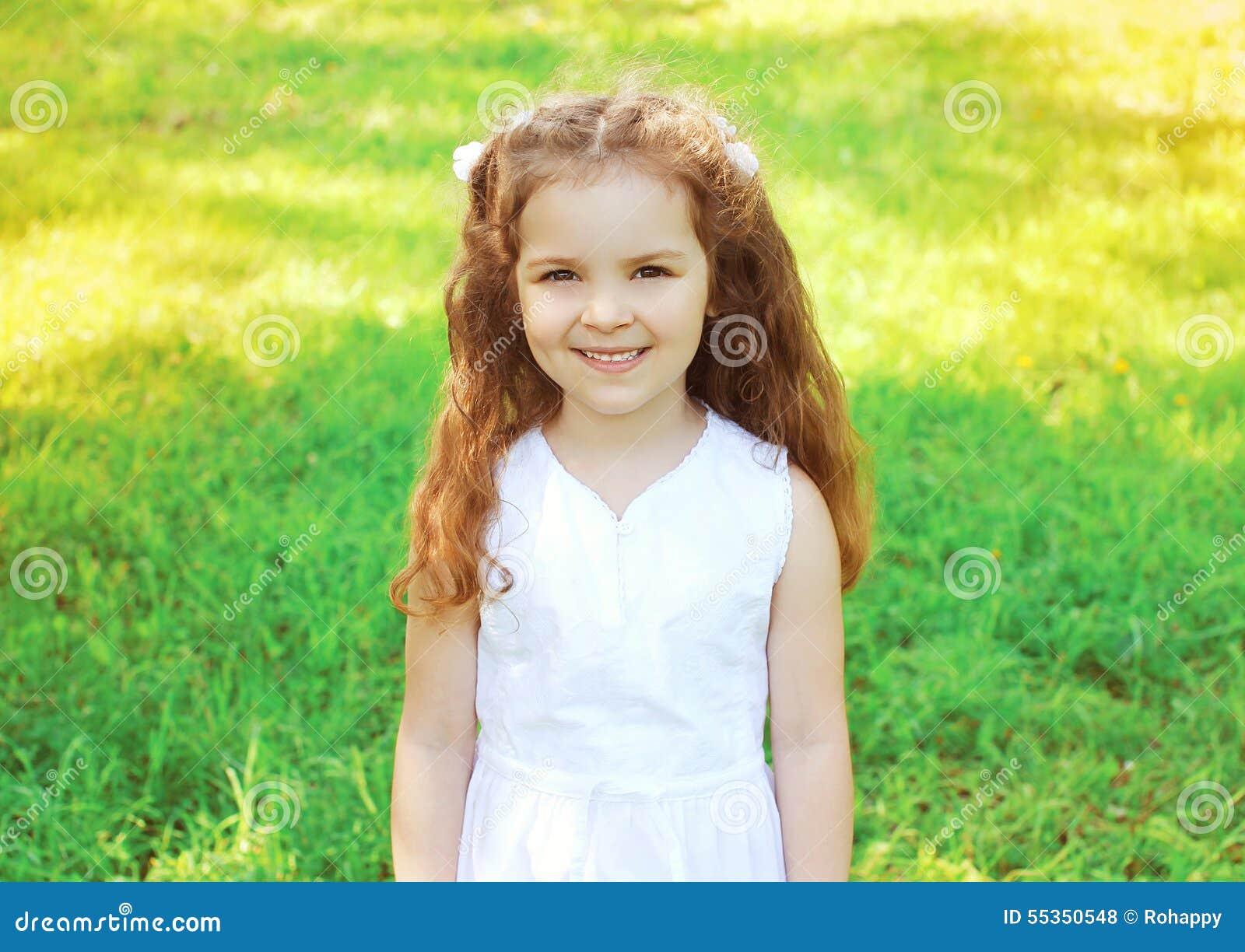 Ritratto del bambino sveglio della bambina all aperto di estate soleggiata
