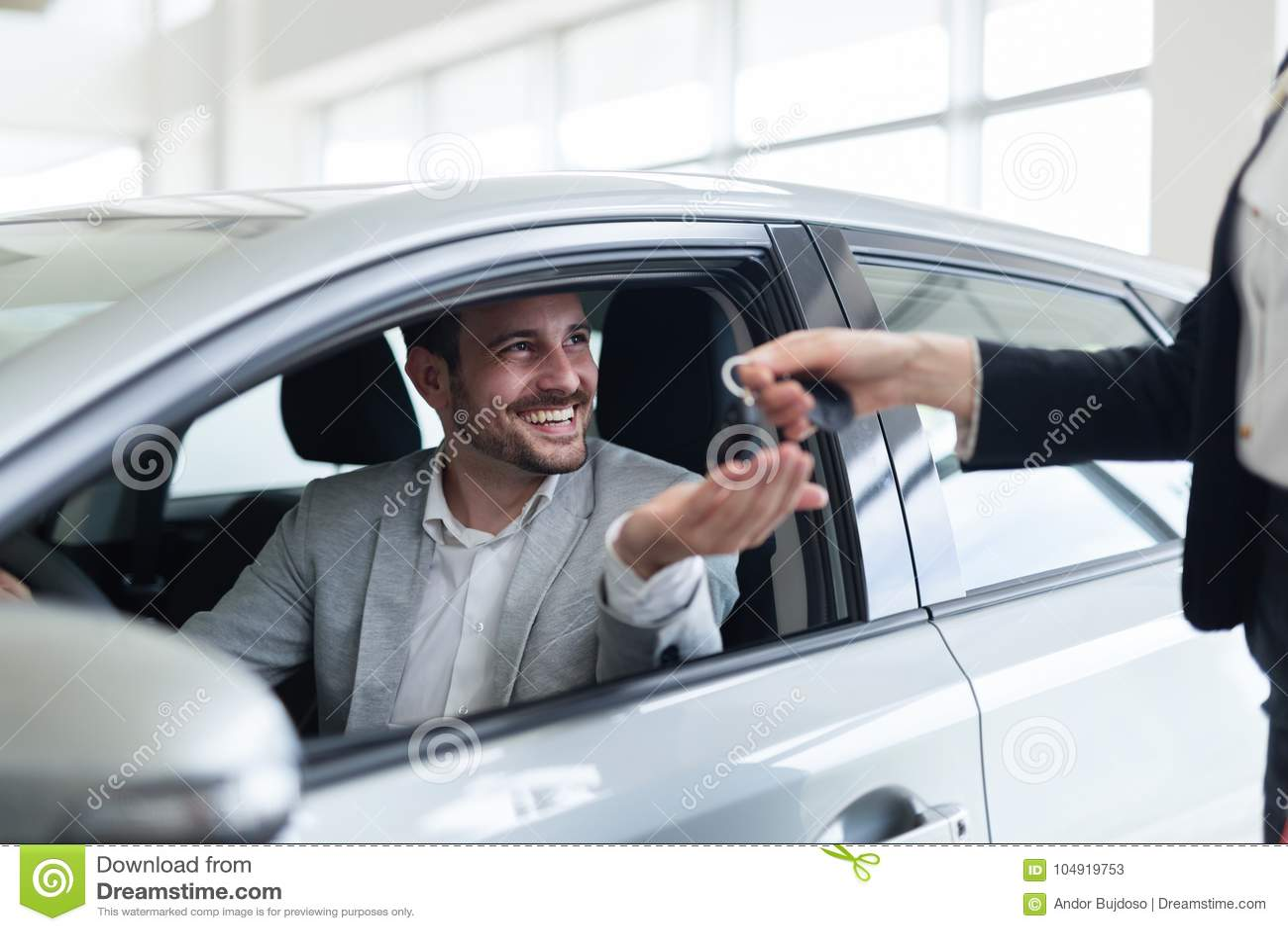 Ritratto del cliente felice che compra nuova automobile