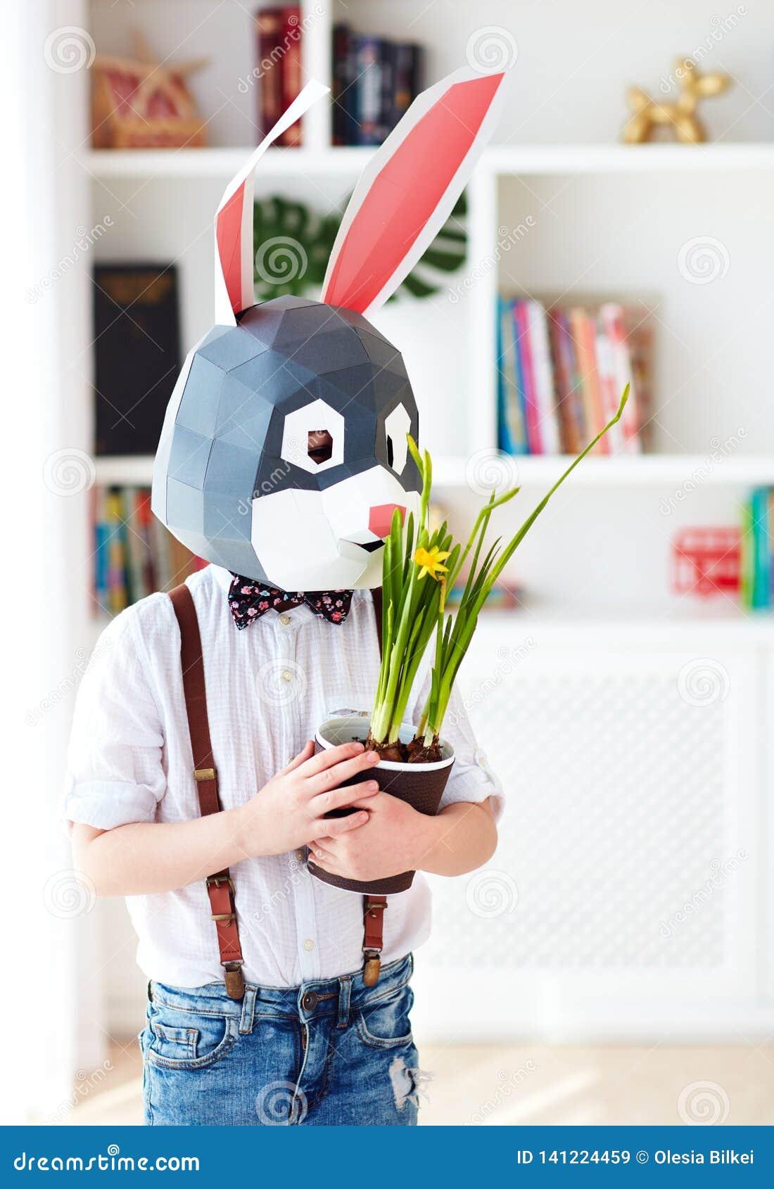 Ritratto del coniglio poligonale alla moda con i fiori conservati in vaso di una molla fresca, maschera poligonale di pasqua
