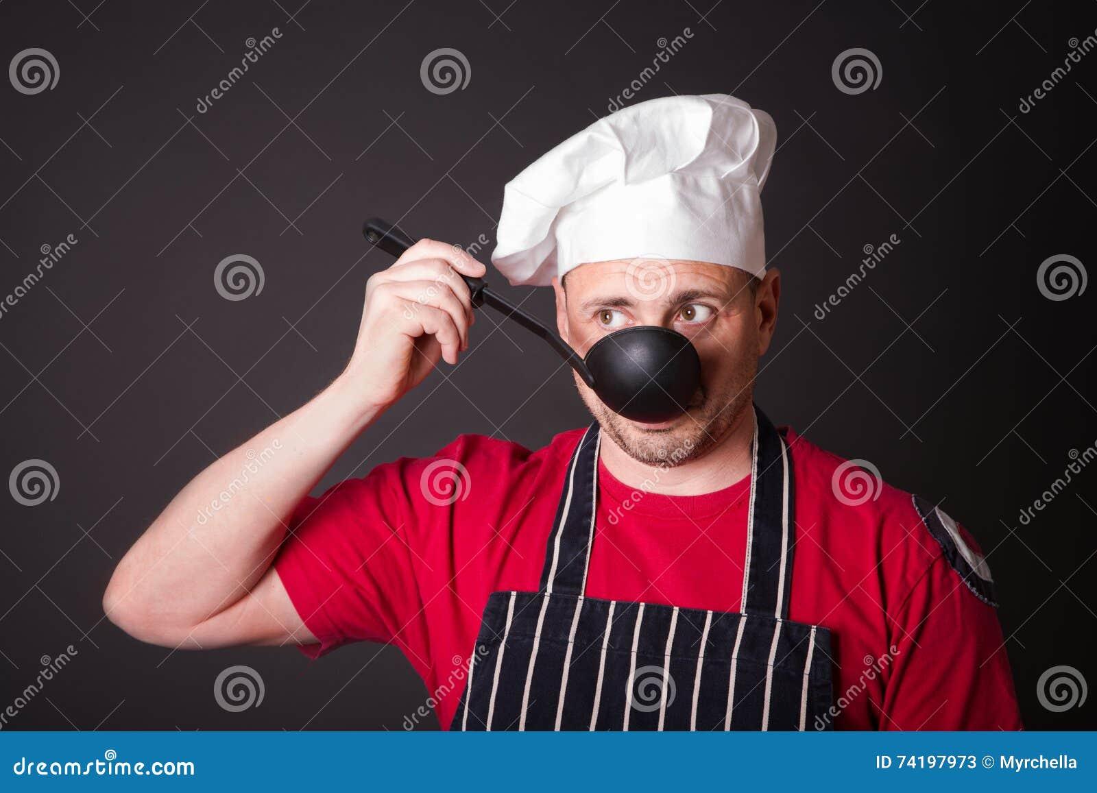 Ritratto del cuoco divertente con una siviera in sua mano