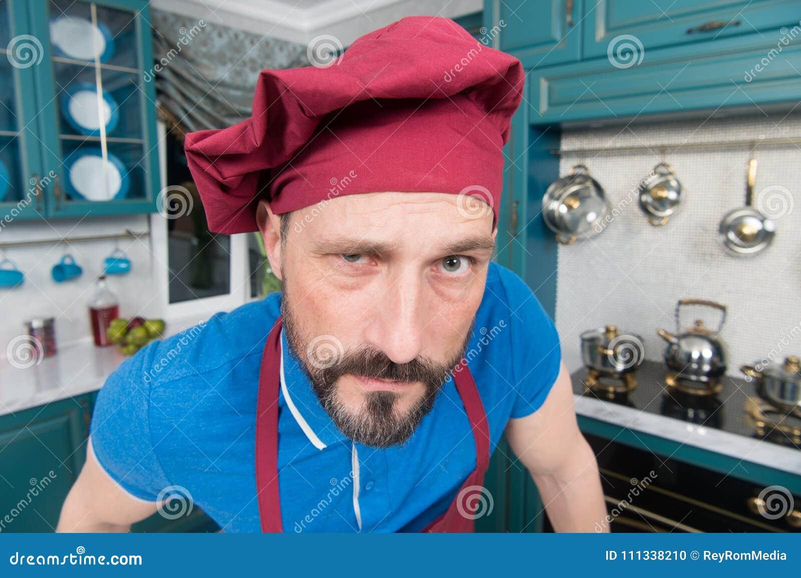 Cuoco unico arrabbiato barbuto in cappello Uomo arrabbiato in grembiule  alla cucina Tipo barbuto con lo sguardo imbarazzato Cuoco unico con  l occhiata ... 1d7e19c2f8a1