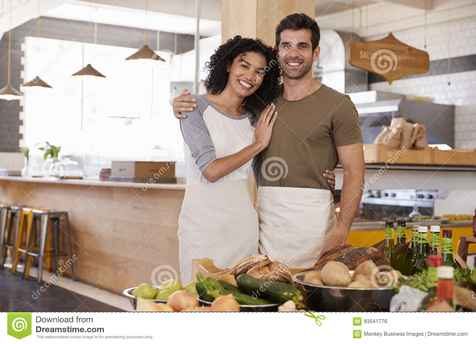 Ritratto del deposito di alimento biologico corrente delle coppie insieme