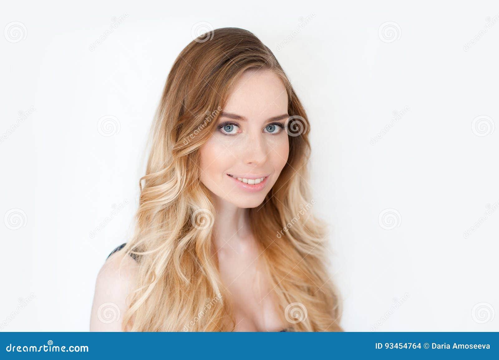 Ritratto del fronte delle donne della ragazza di bellezza Pelle pulita di Girl Perfect Fresh del bello modello della stazione ter