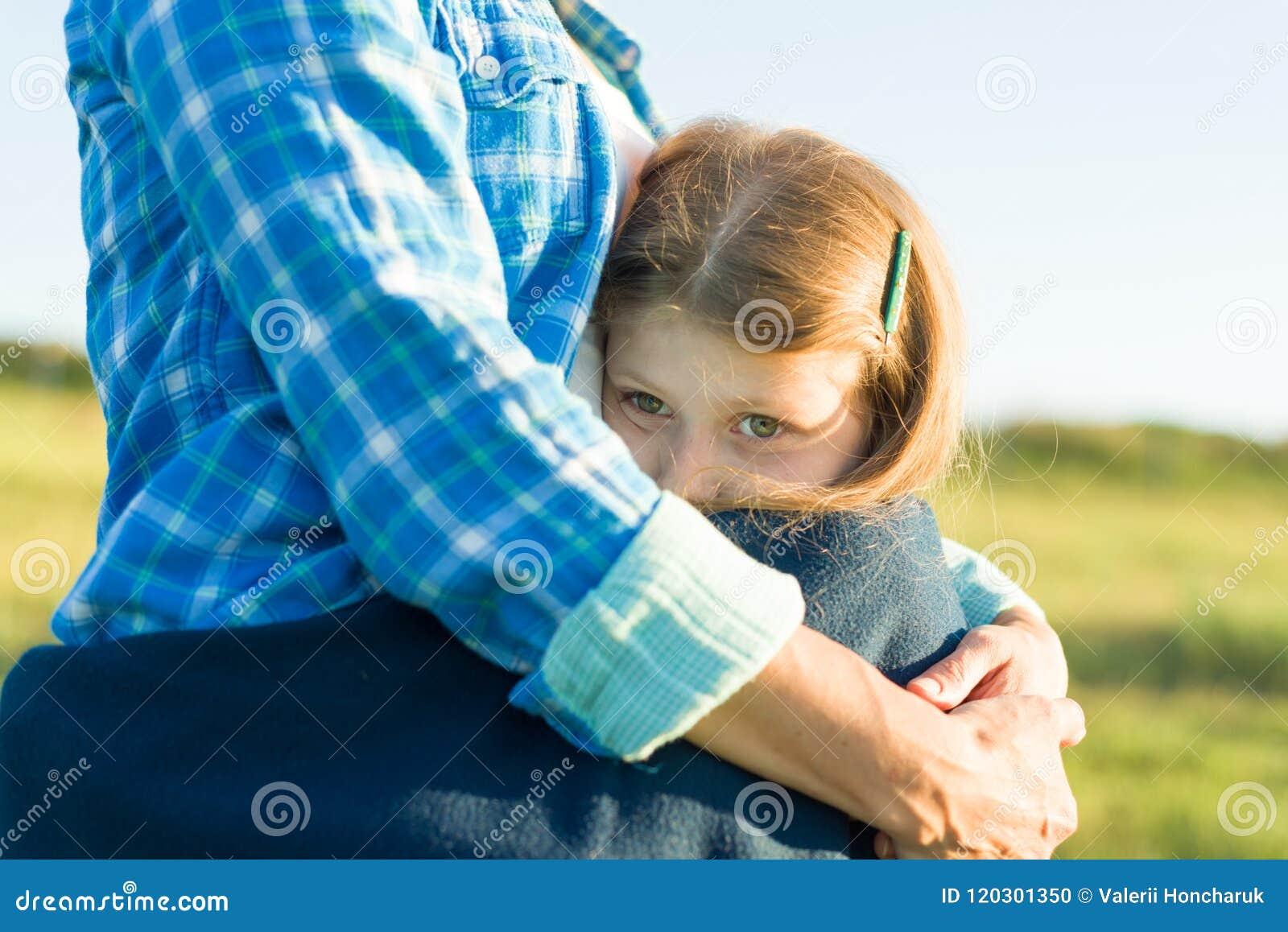 Ritratto del genitore e del bambino La madre abbraccia la sua piccola figlia Fondo della natura, paesaggio rurale, prato verde, p