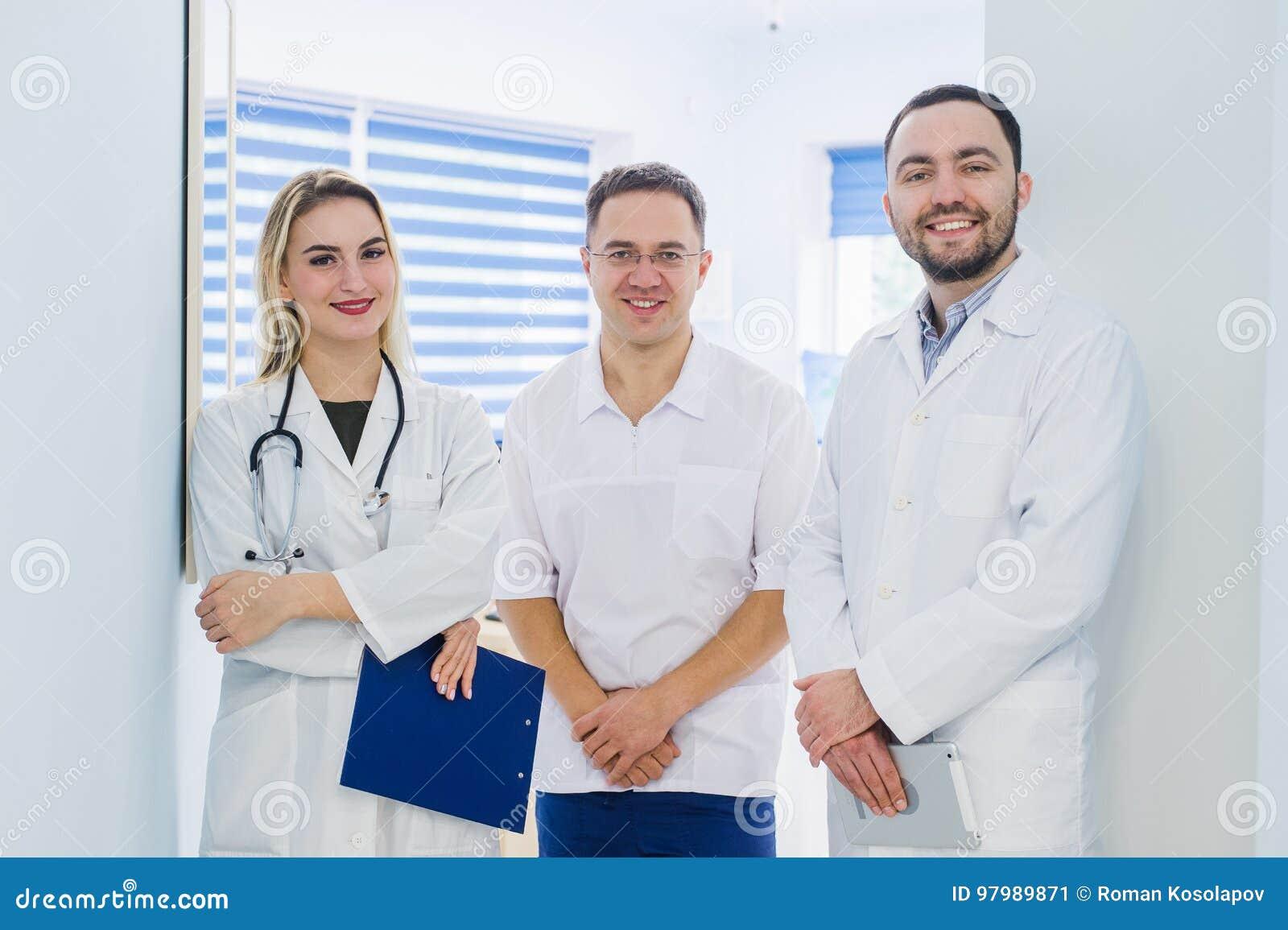 Ritratto del gruppo di medici che sta nel corridoio dell ospedale