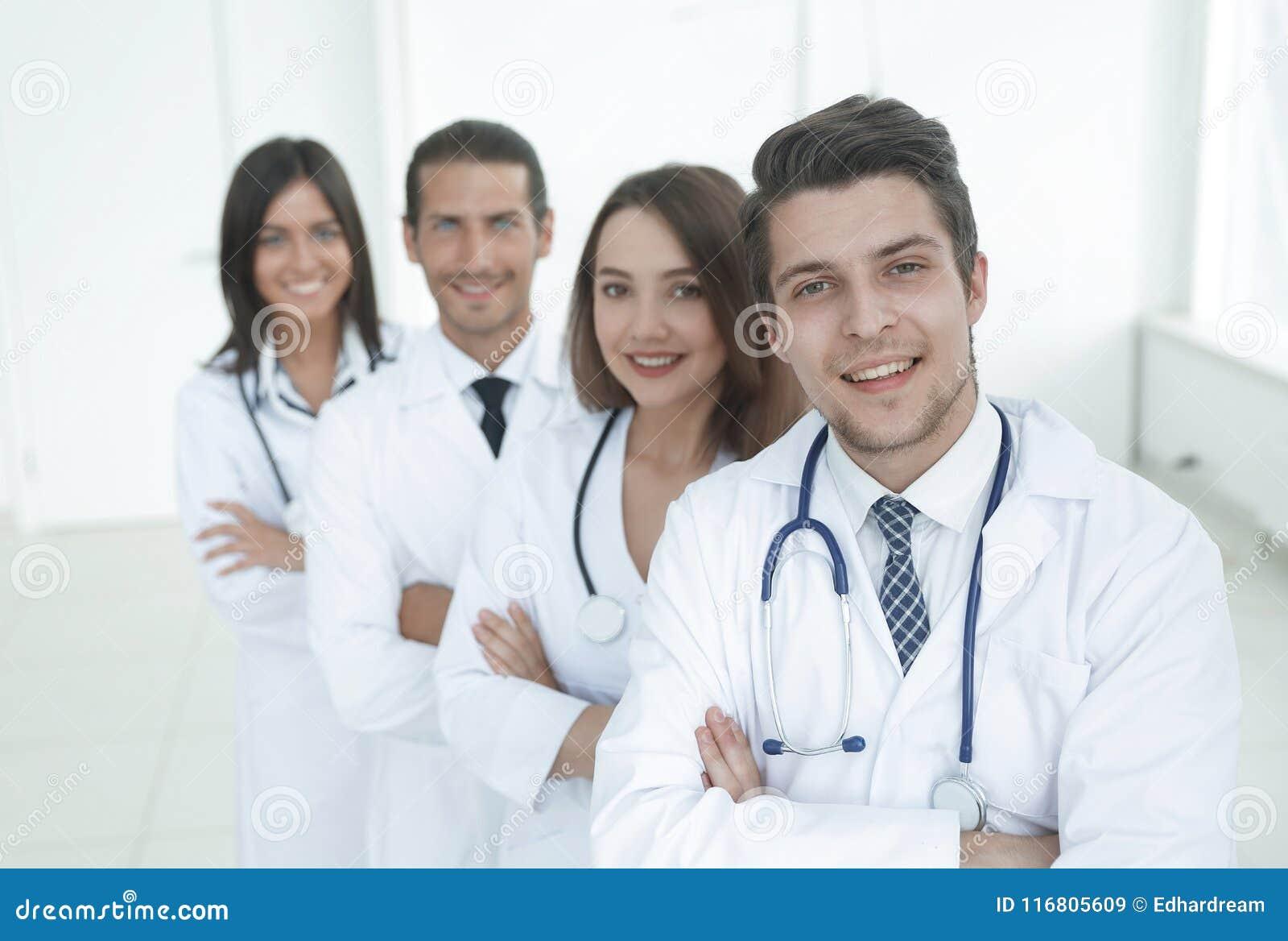Ritratto del gruppo felice sicuro di medici