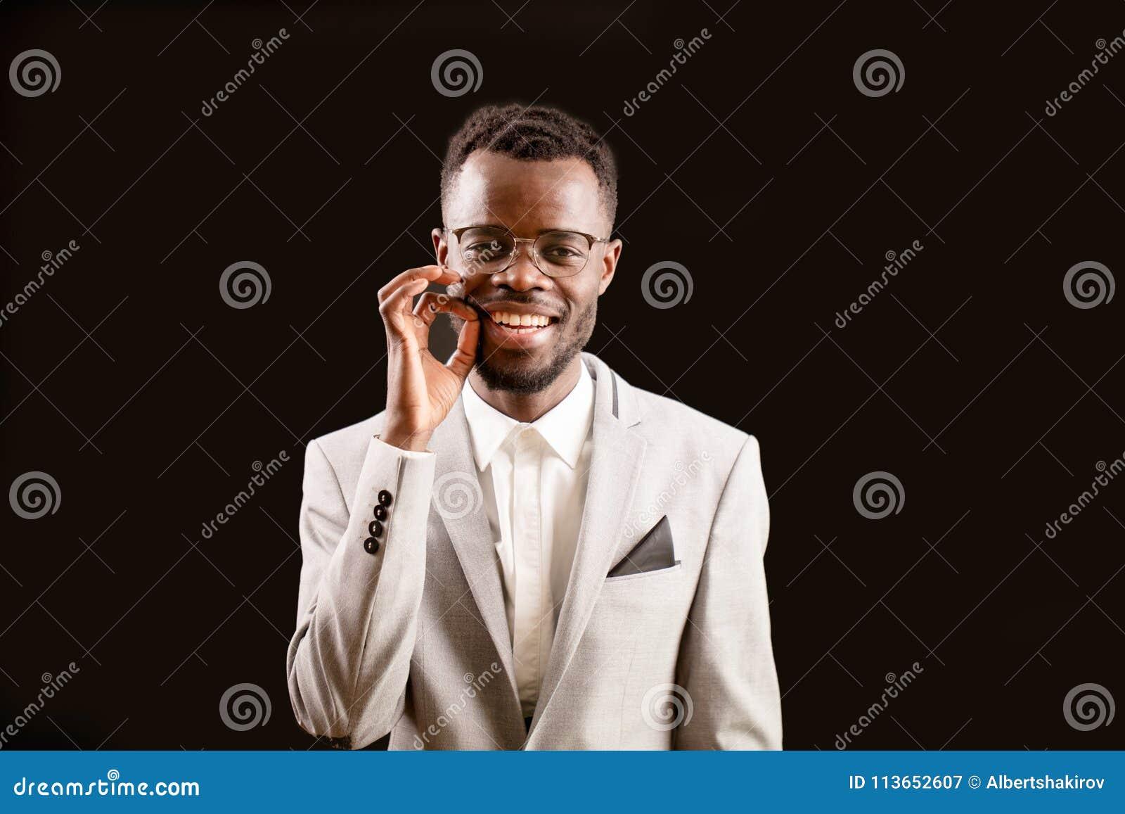 Ritratto del maschio nero che tiene un insetto tyny sulle sue dita