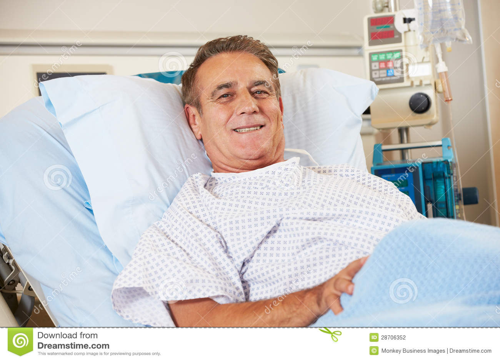 Ritratto del paziente maschio che si rilassa nel letto di ospedale