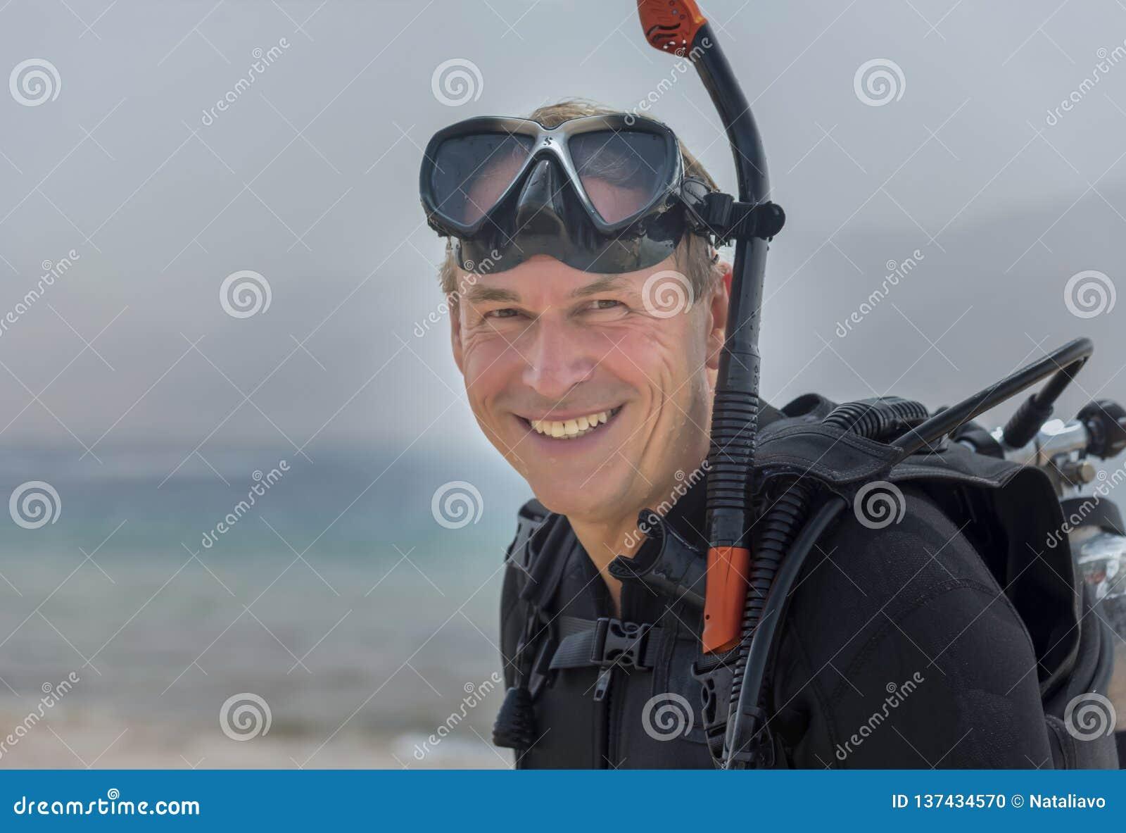 Ritratto del pensionato in attrezzatura di base dell operatore subacqueo subacqueo Sport acquatico ed attività di svago popolari