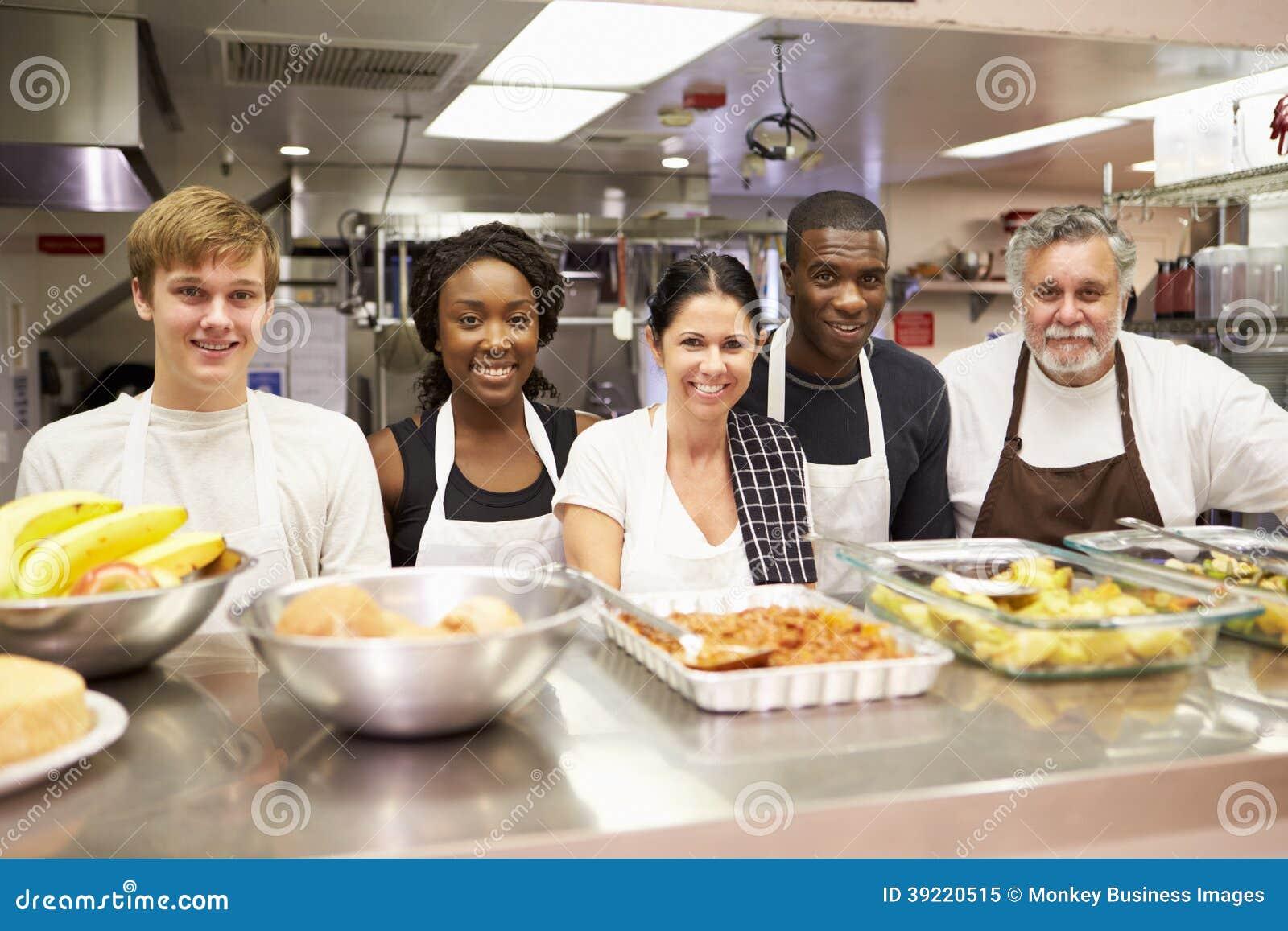 Ritratto del personale della cucina nel riparo senza tetto