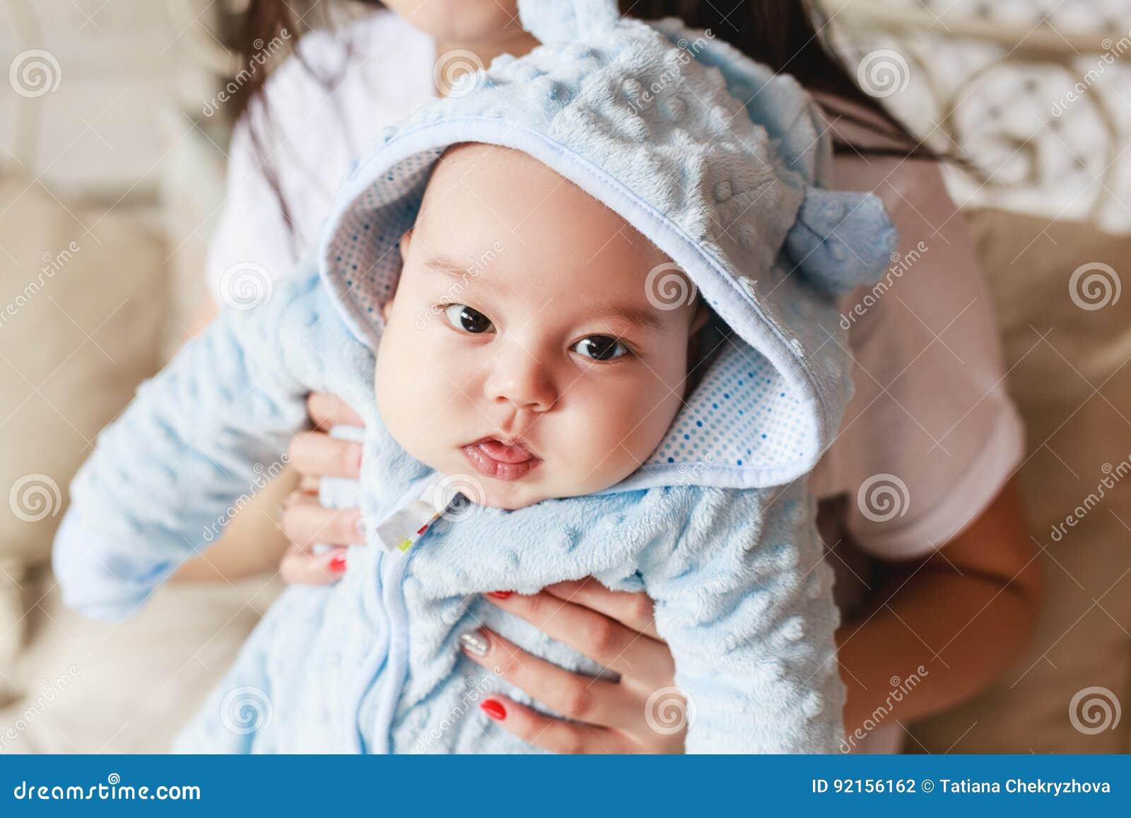 Ritratto del primo piano del ragazzo caucasico asiatico neonato di 2