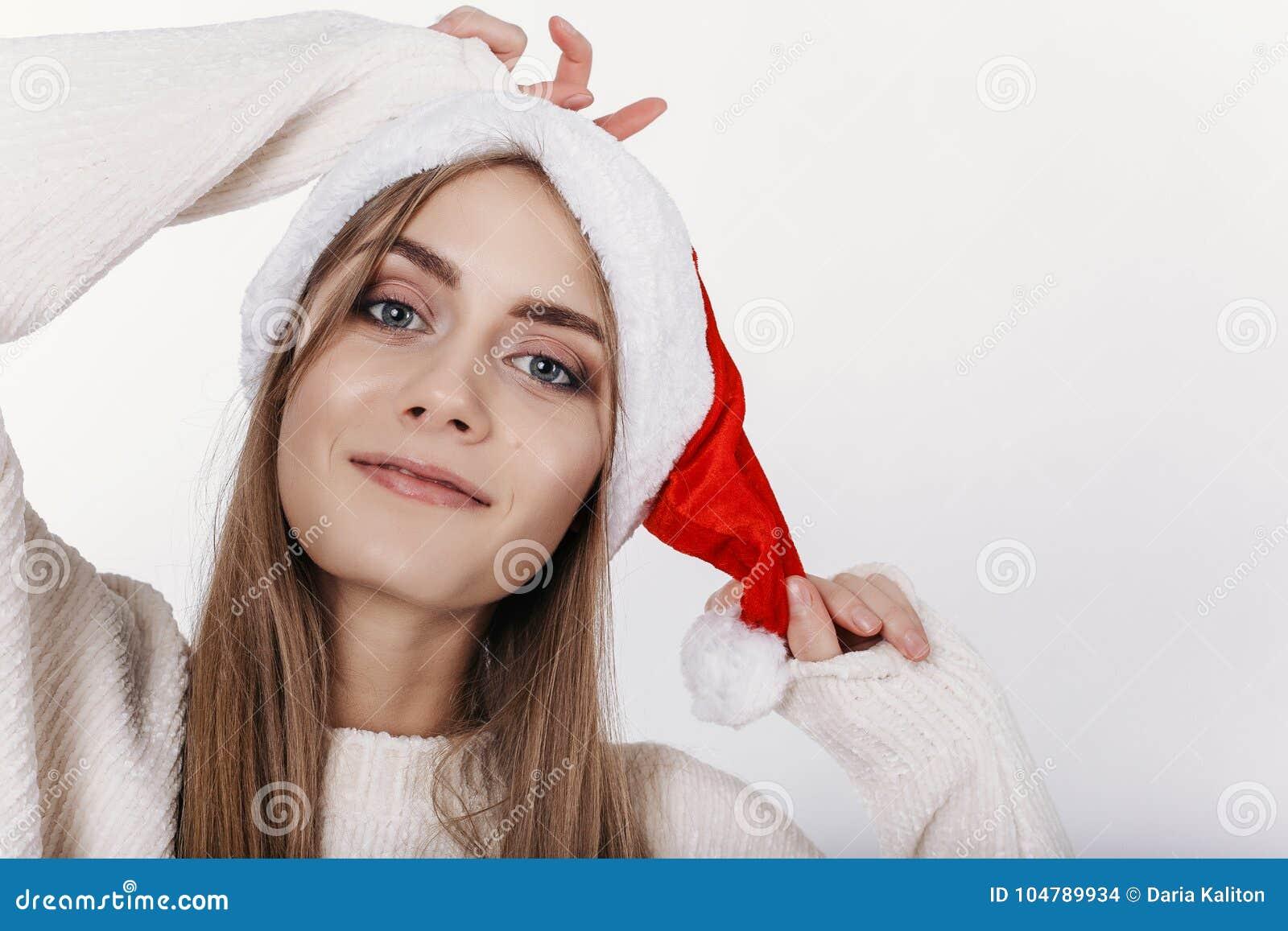Ritratto del primo piano della donna bionda sorridente in Santa Claus Hat