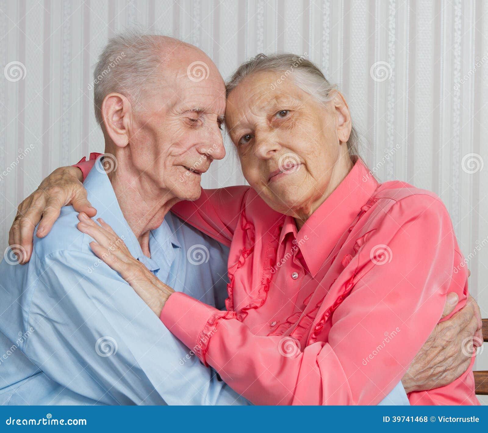 Ritratto del primo piano delle coppie anziane sorridenti