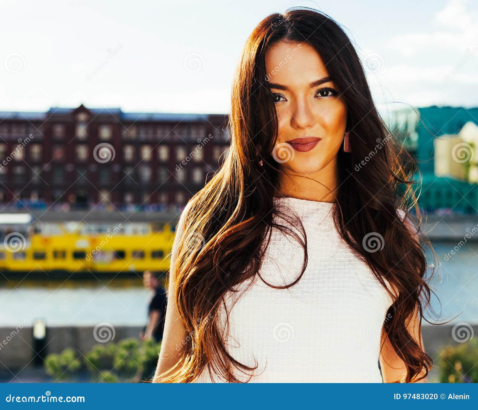 Ritratto del primo piano di bella ragazza asiatica con un sorriso affascinante che gode di un pomeriggio soleggiato di estate in