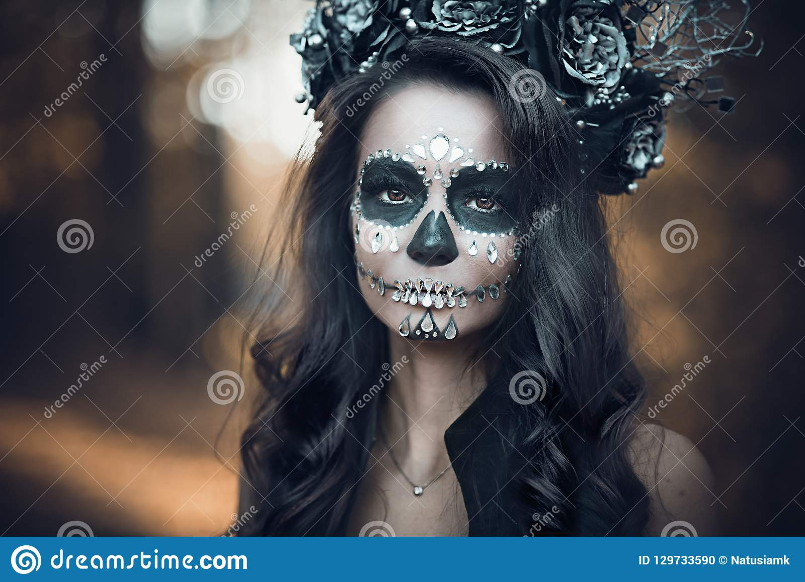 Ritratto del primo piano di Calavera Catrina in vestito nero Trucco del cranio dello zucchero Dia De Los Muertos Giorno dei morti