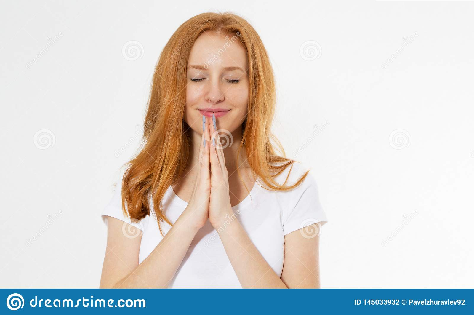 Ritratto del primo piano di giovane pregare della donna della testa di rosso Bella ragazza dei capelli rossi isolata su bianco Do