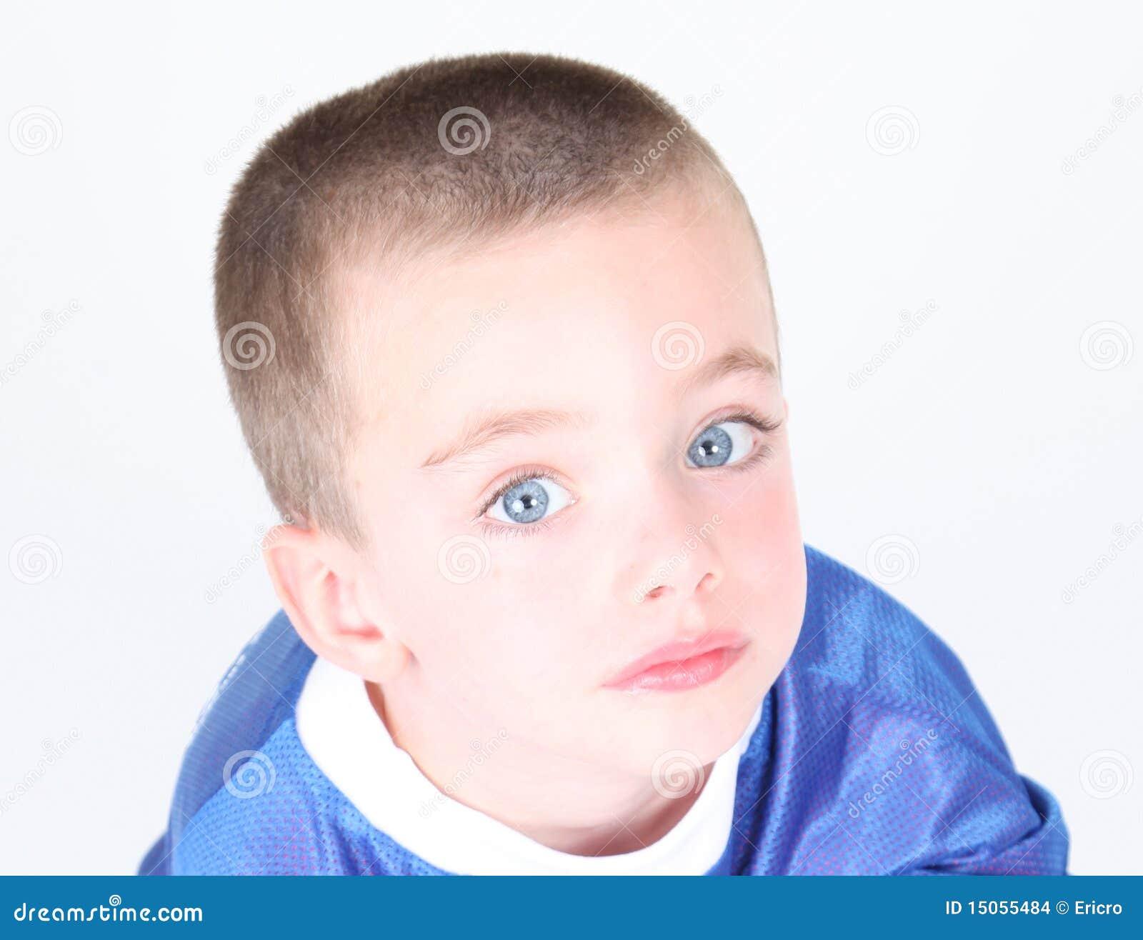 Ritratto del primo piano di giovane ragazzo prescolare