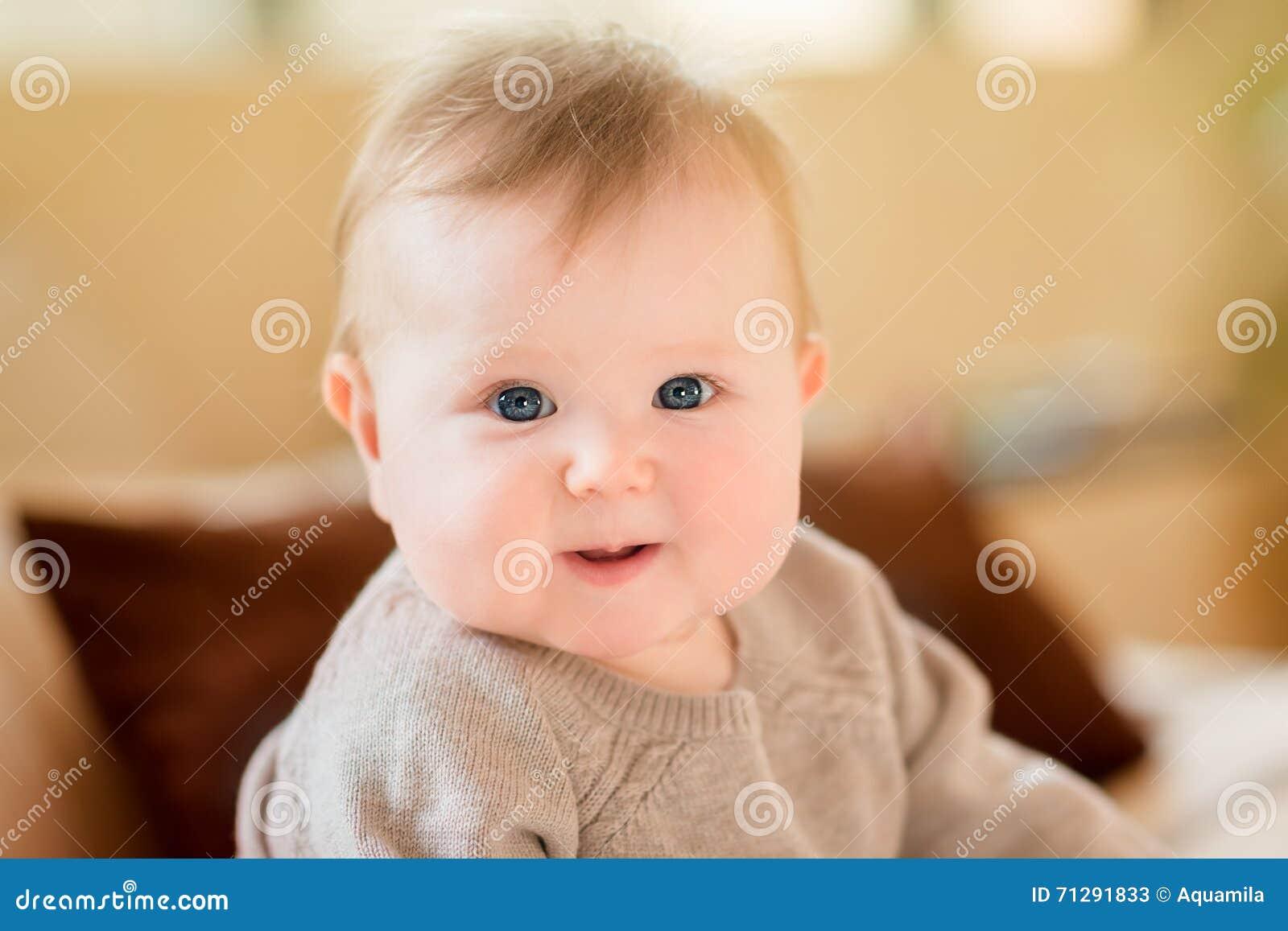 5206522fd0 ritratto-del-primo-piano-di-piccolo-bambino -sorridente-con-capelli-biondi-e-gli-occhi-azzurri-che-portano-maglione-tricottato-che-71291833.jpg
