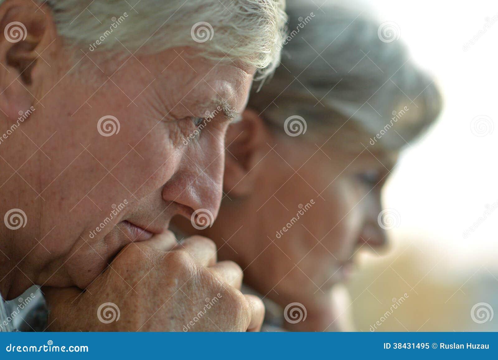 Ritratto del primo piano di una coppia triste dell 39 anziano for Piani principali del primo piano
