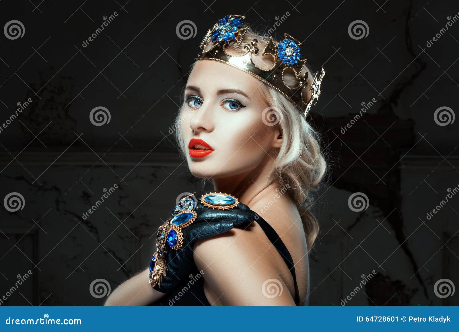 Ritratto del primo piano di una ragazza con la corona