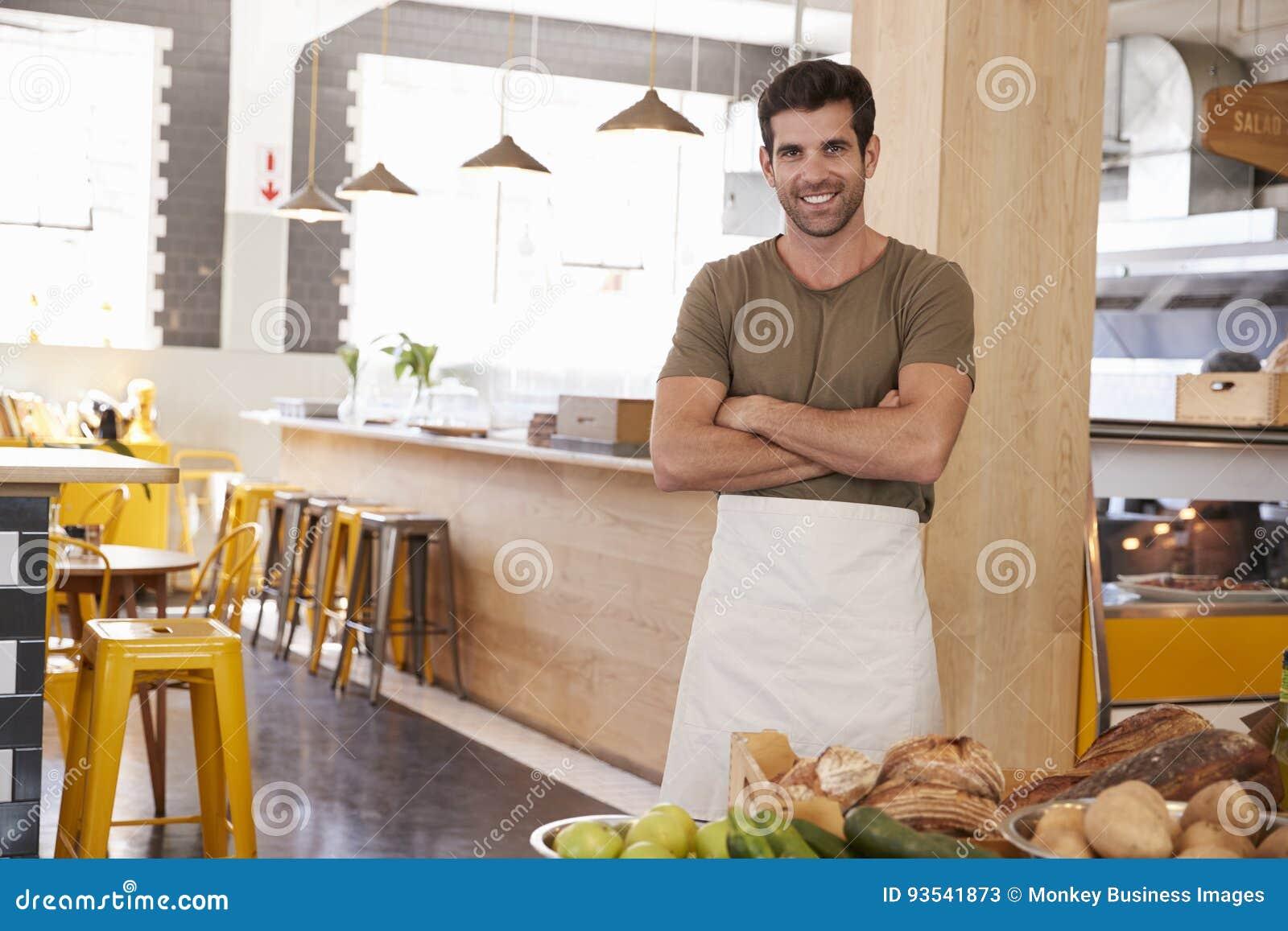 Ritratto del proprietario maschio del deposito di alimento biologico